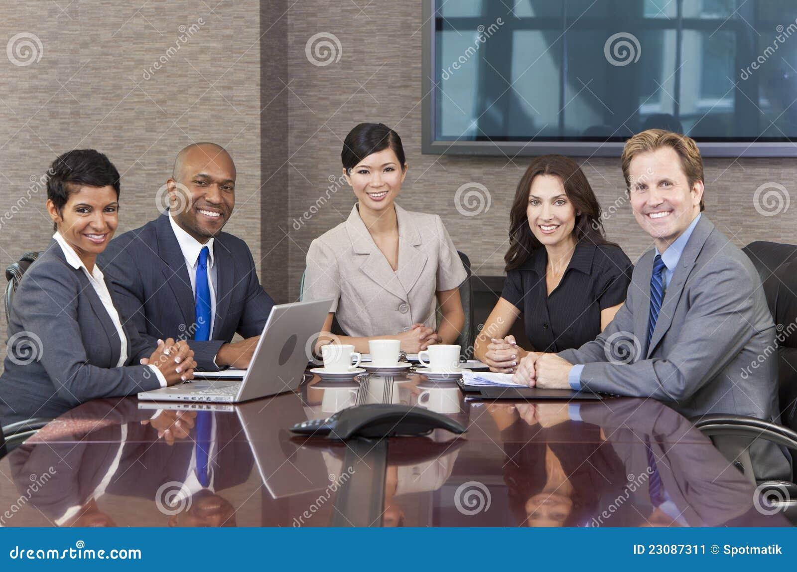 Sala de reuniões inter-racial da reunião da equipe do negócio