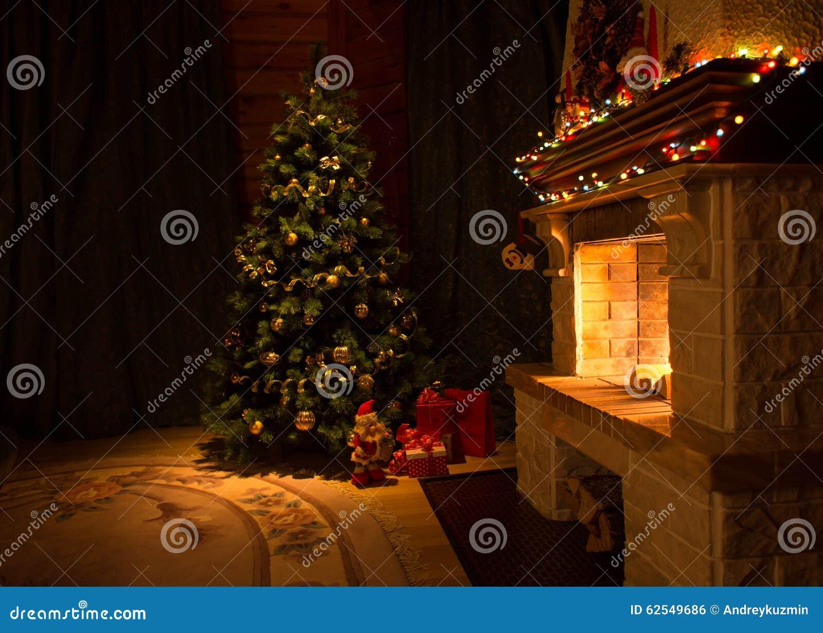 Sala de visitas com chaminé e a árvore de Natal decorada