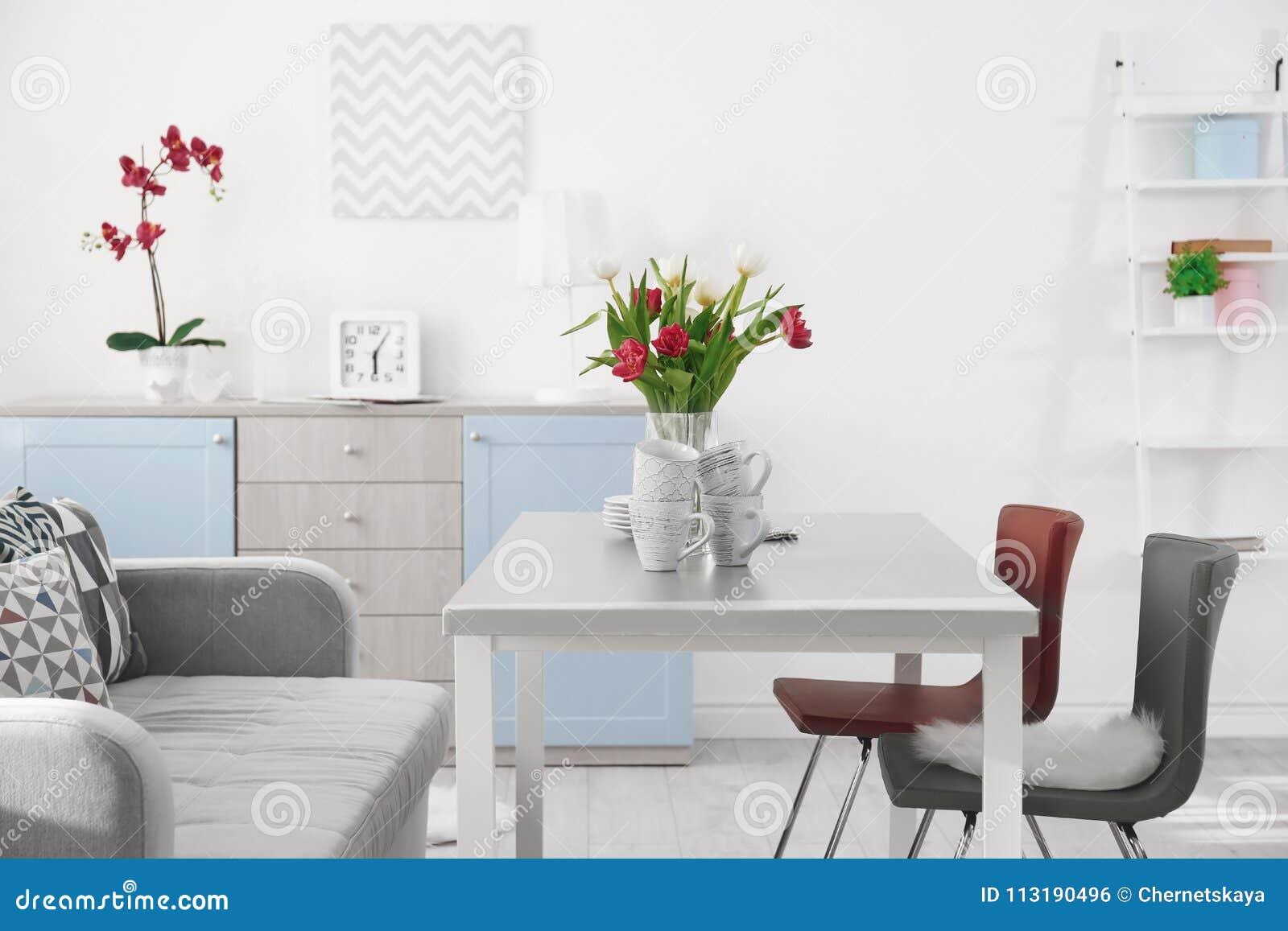 Sala de visitas moderna com tabela