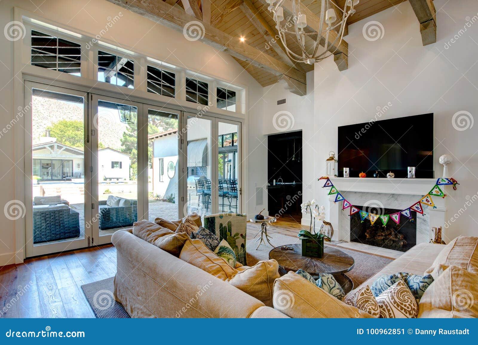 0014de3c1267b Sala de visitas espaçoso e belamente fornecida da família da mansão moderna  com assoalho de madeira
