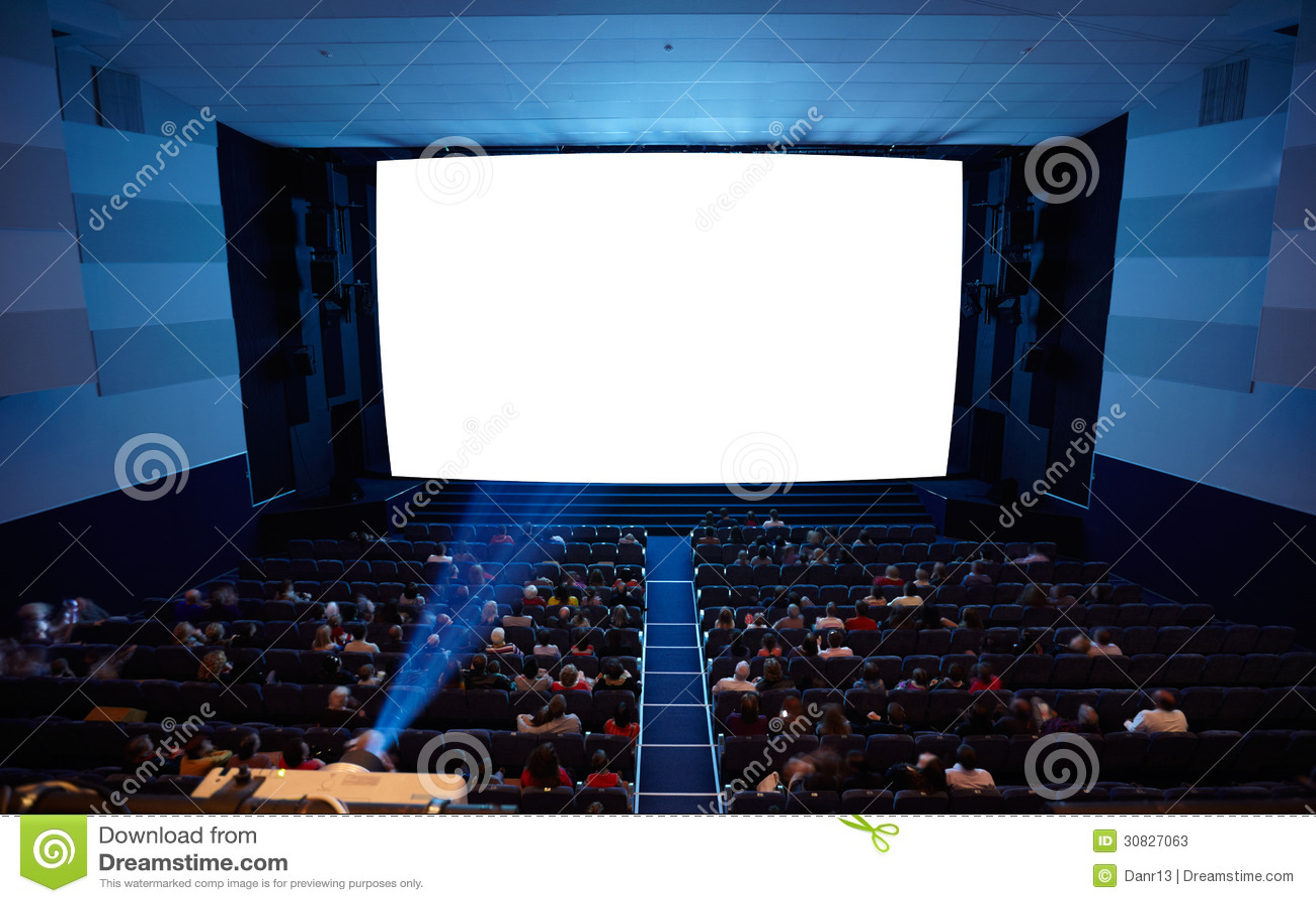 Sala del cinema con luce del proiettore.