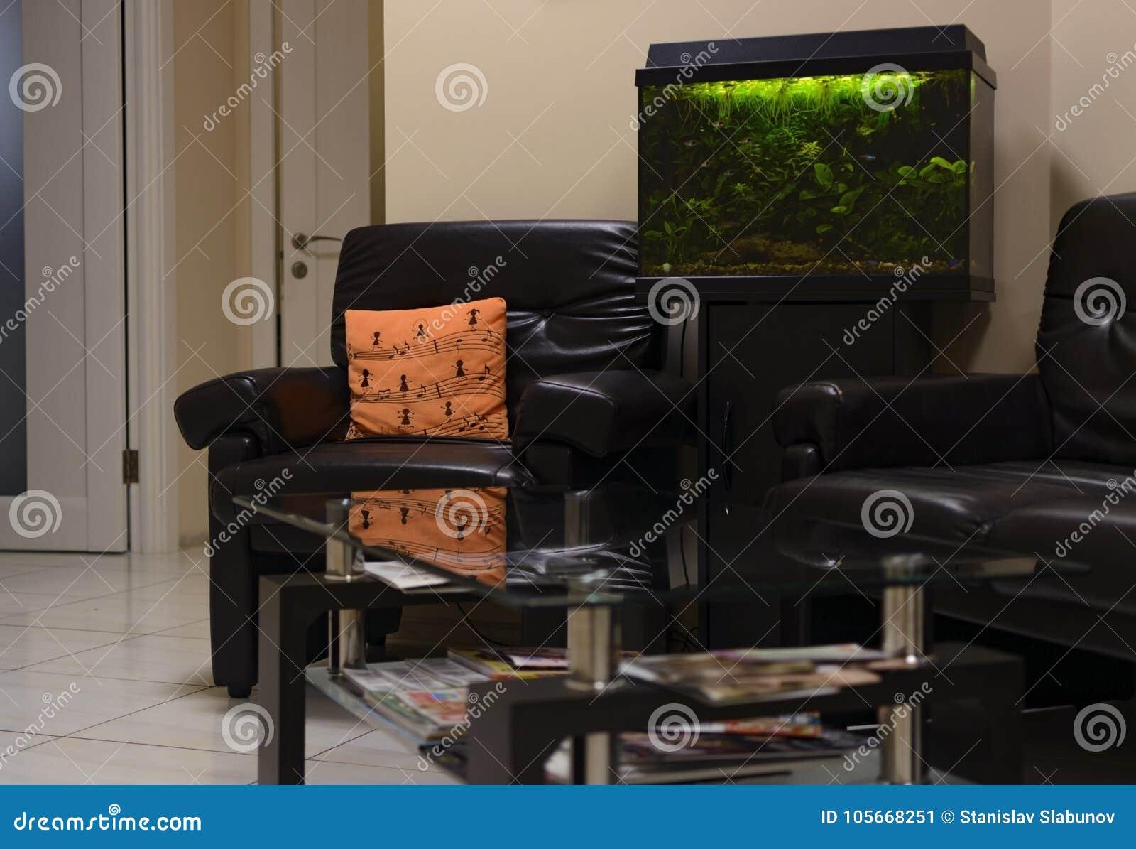 Acquario Tavolino Da Salotto.Sala Di Attesa Con Il Tavolino Da Salotto Di Vetro E Dell