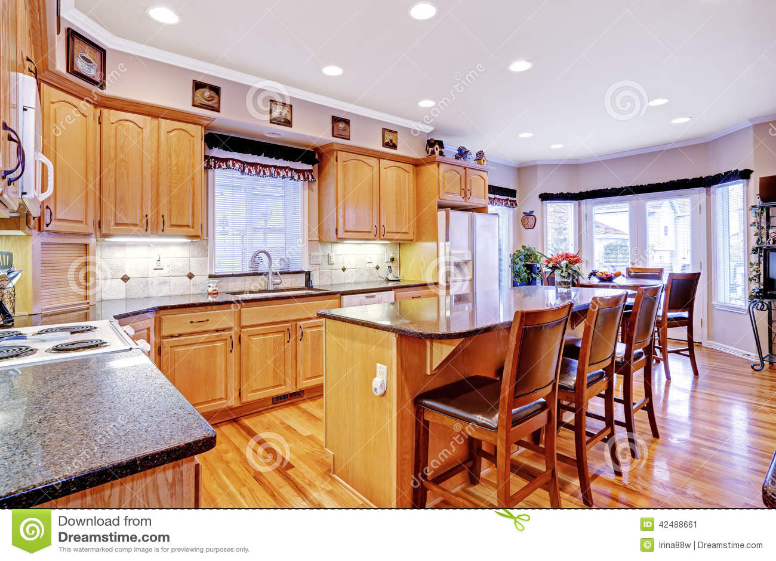 Sala brilhante da cozinha com luz armários e ilha marrons Ideia do  #83351D 1300 957