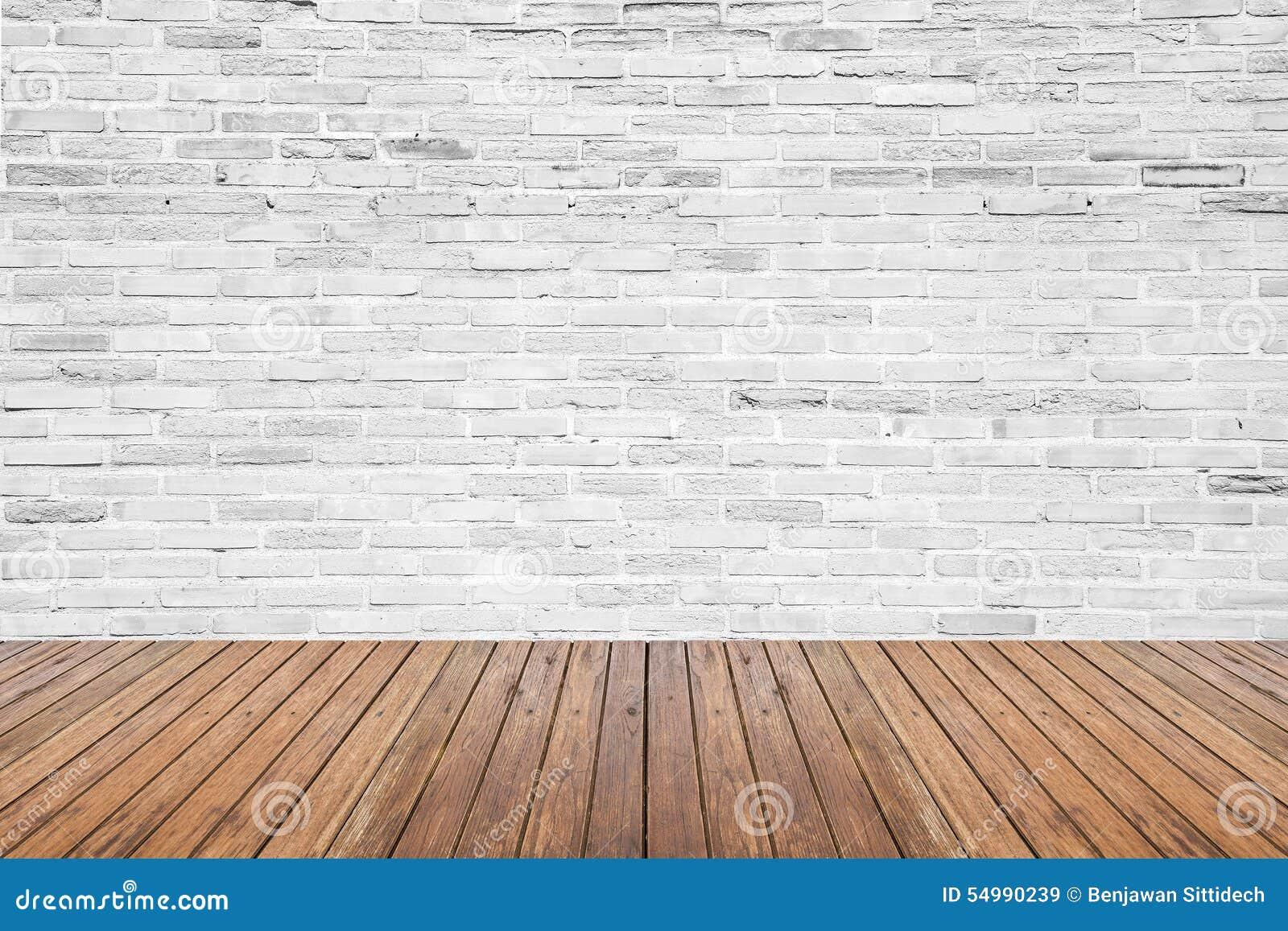 Sala interior velha com parede de tijolo e assoalho da madeira