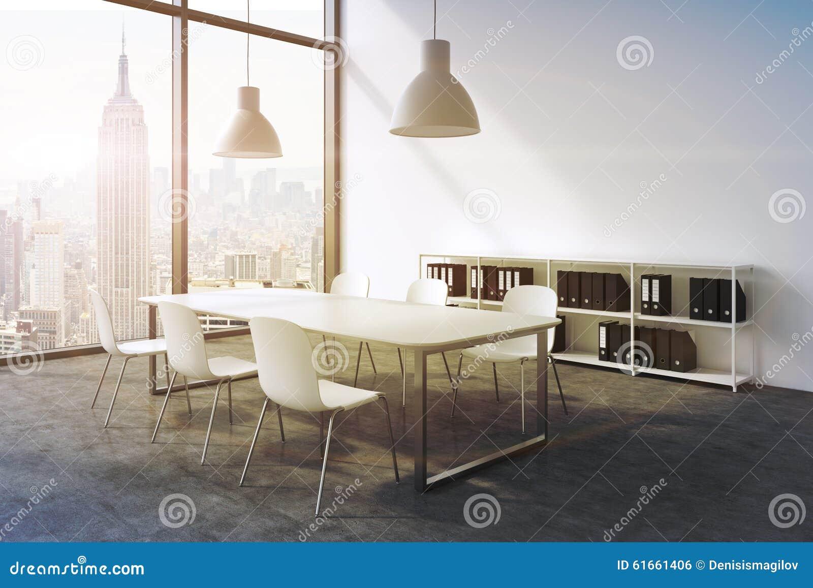 Sala konferencyjna w nowożytnym panoramicznym biurze w Nowy Jork Bielu stołu, białych krzesła, dwa białego podsufitowego światła