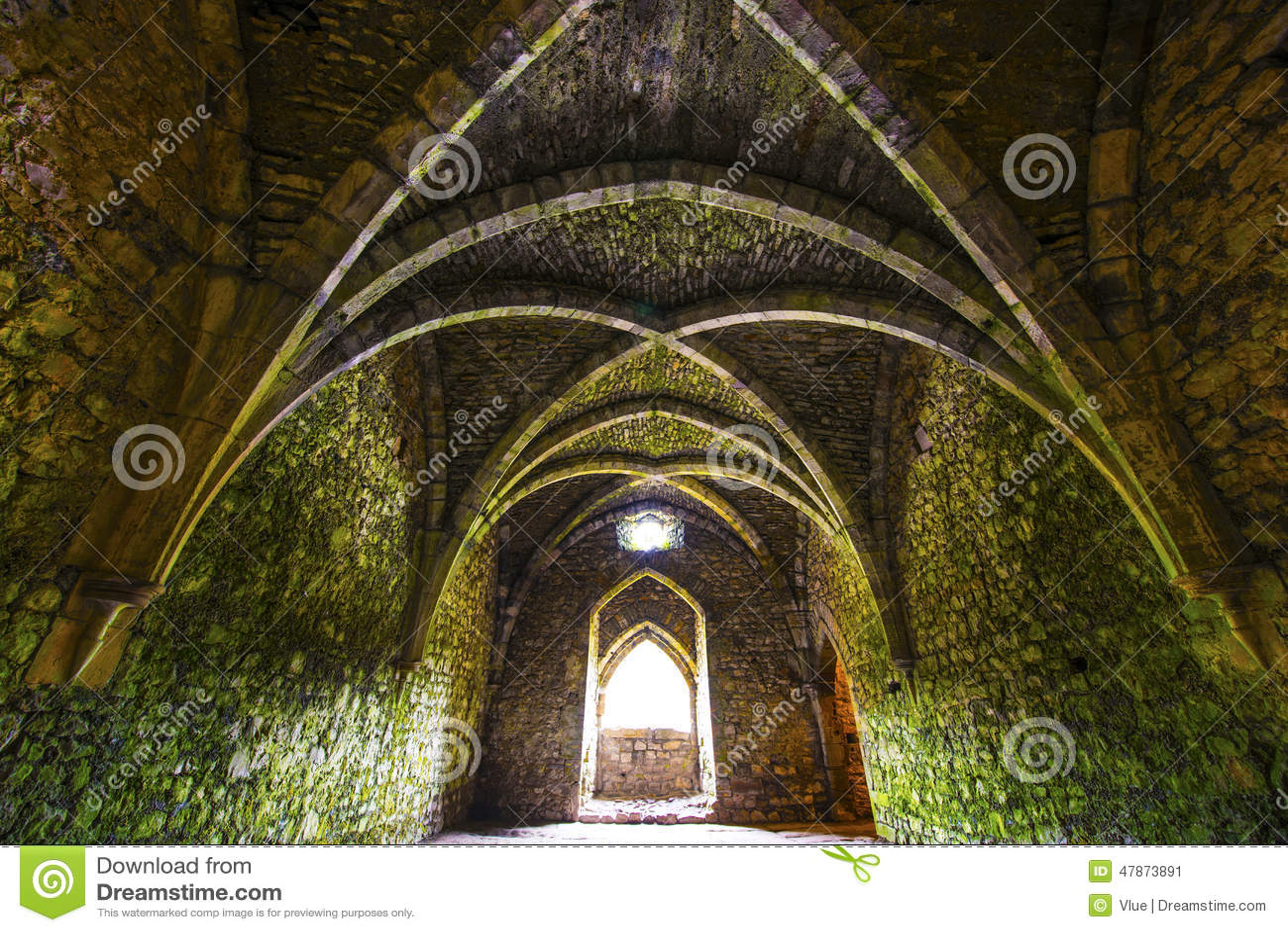 Sala medieval antiga com arcos