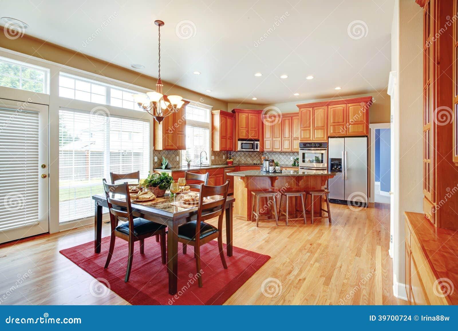 Sala Da Cozinha Com Ilha E Mesa De Jantar De Cozinha Foto De Stock