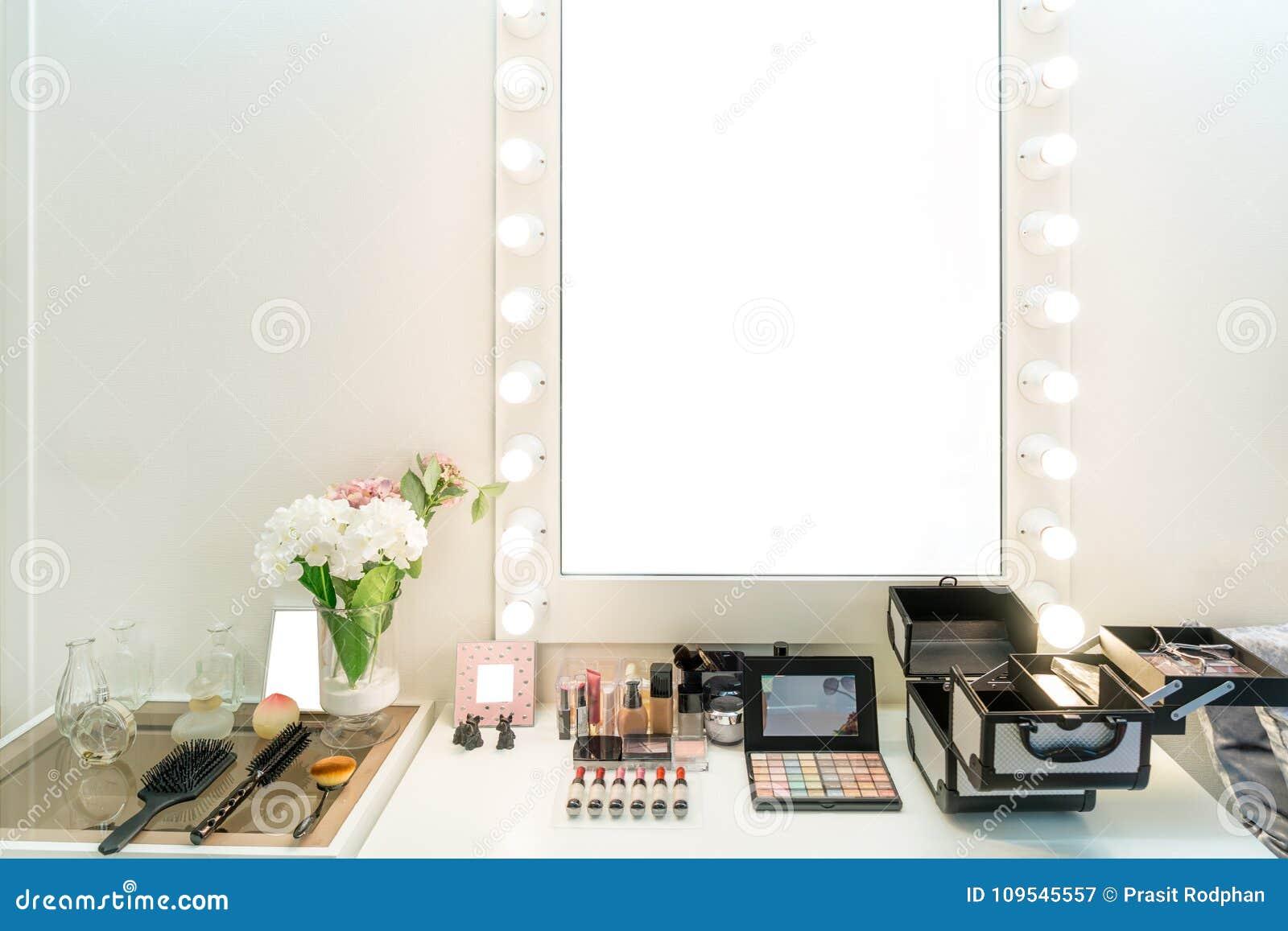 Sala moderna do armário com a tabela, o espelho e o cosmeti da vaidade da composição