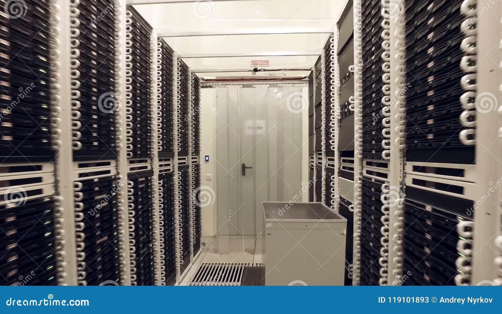 Sala para servidores no centro de dados Tecnologias modernas