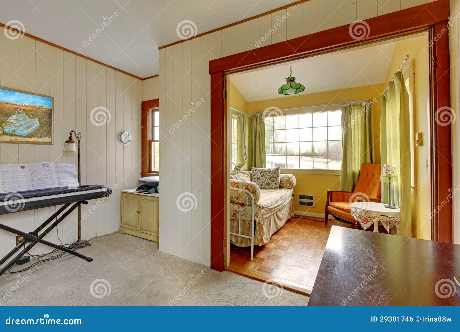 Sala Pequena De Leitura ~ Sala pequena da música com sofá do sono e a leitura do canto no