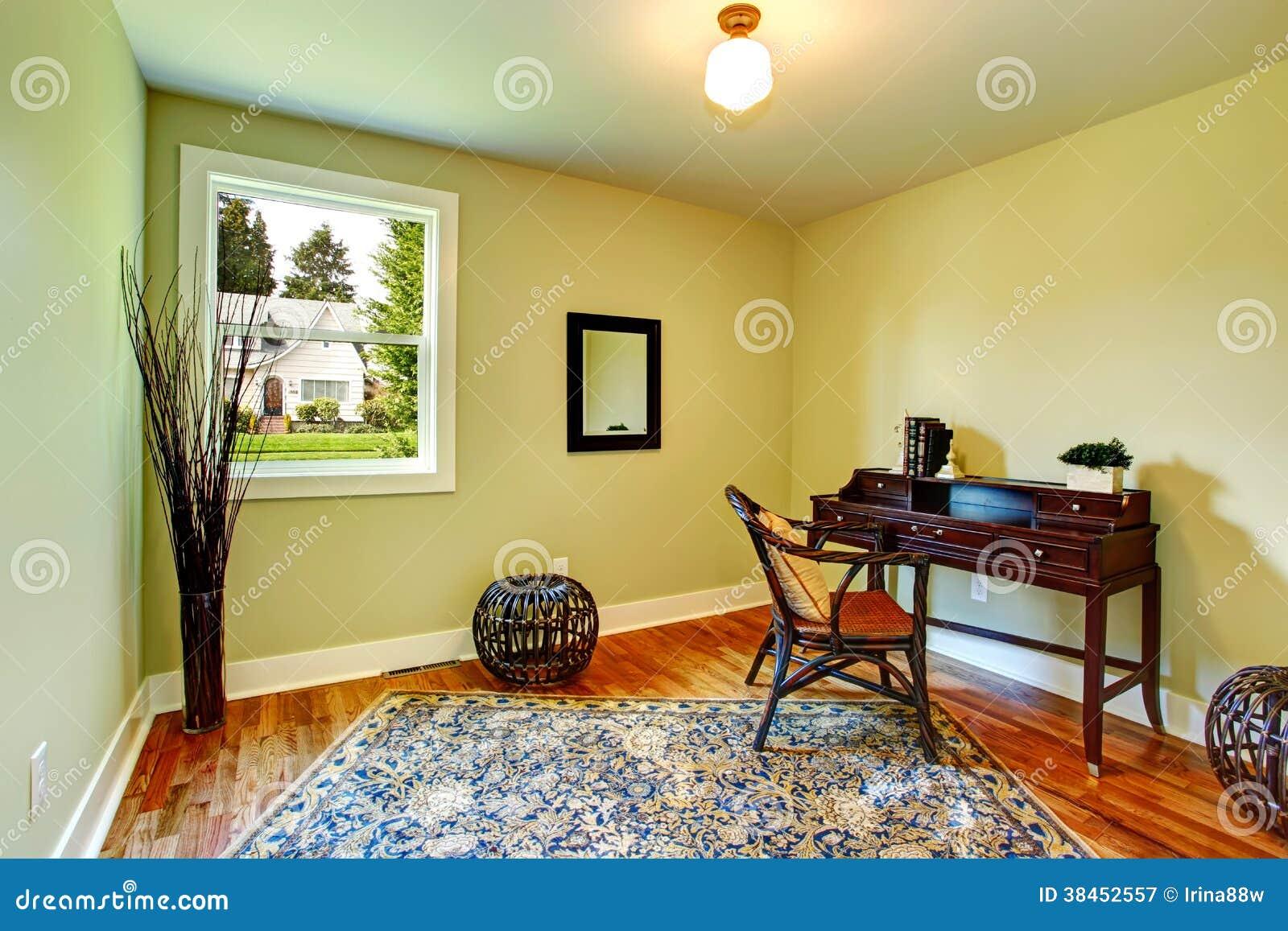 Uma Sala Pequena Decorada ~ Sala Pequena Verde Decorada Com Uma Caixa Antiga Fotografia de Stock