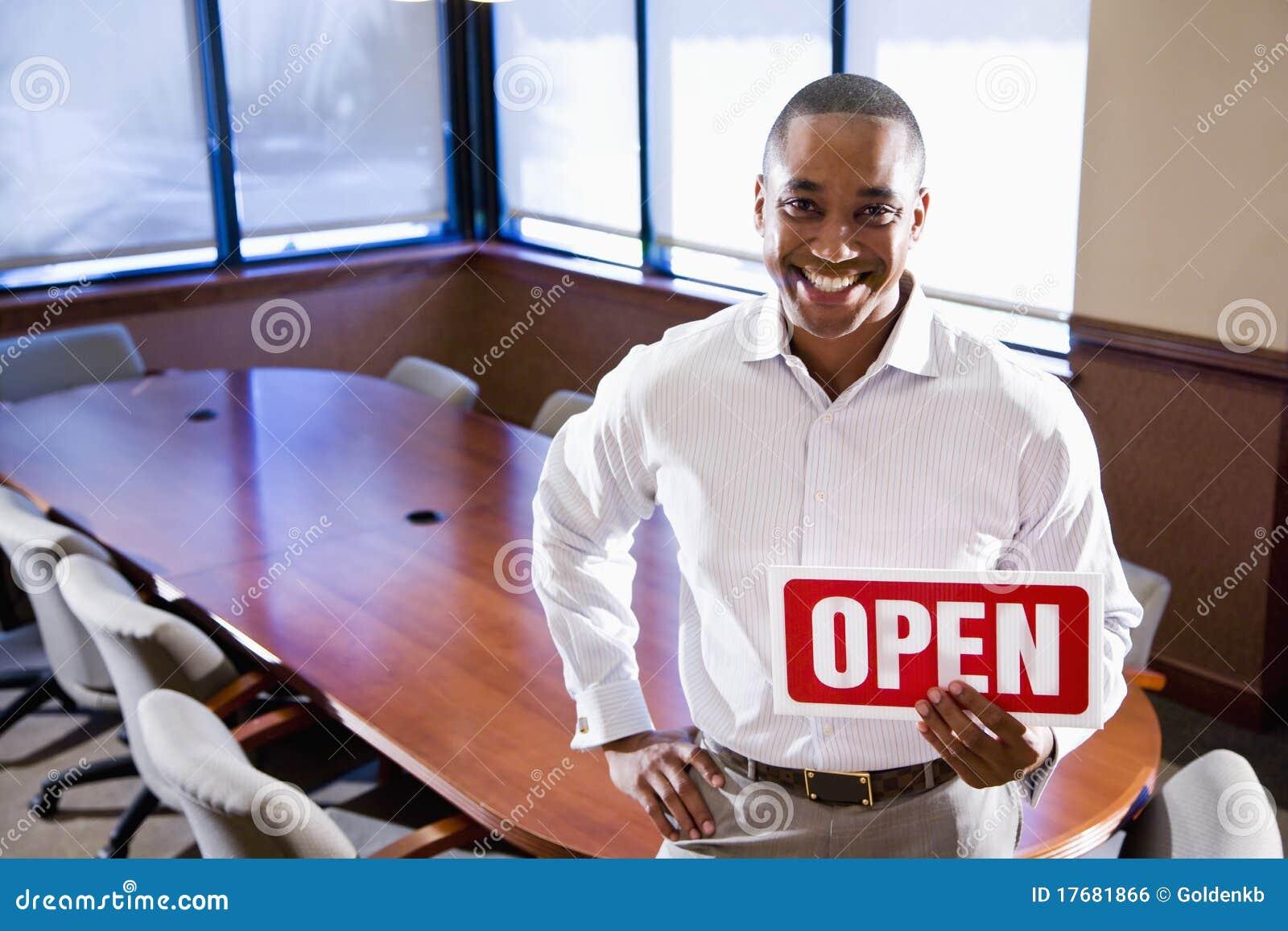 Sala posiedzeń pustego mienia biura otwarty szyldowy pracownik