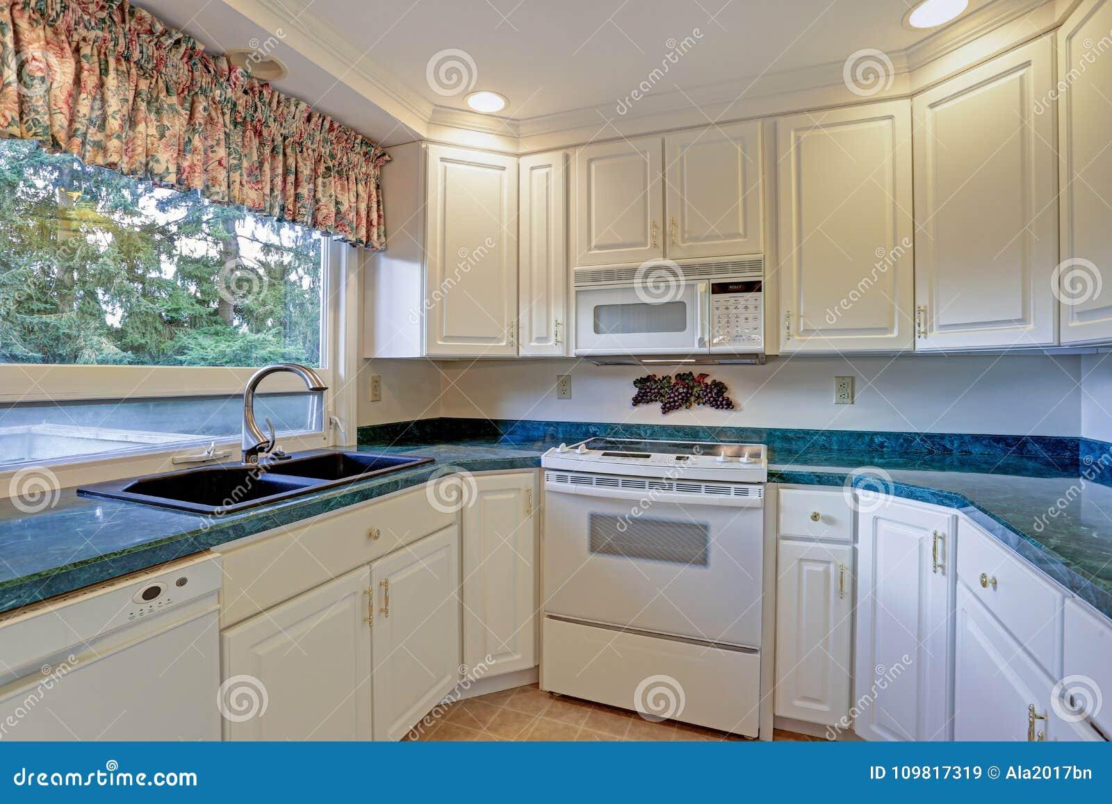 Sala recentemente renovada da cozinha com cabinetry branco