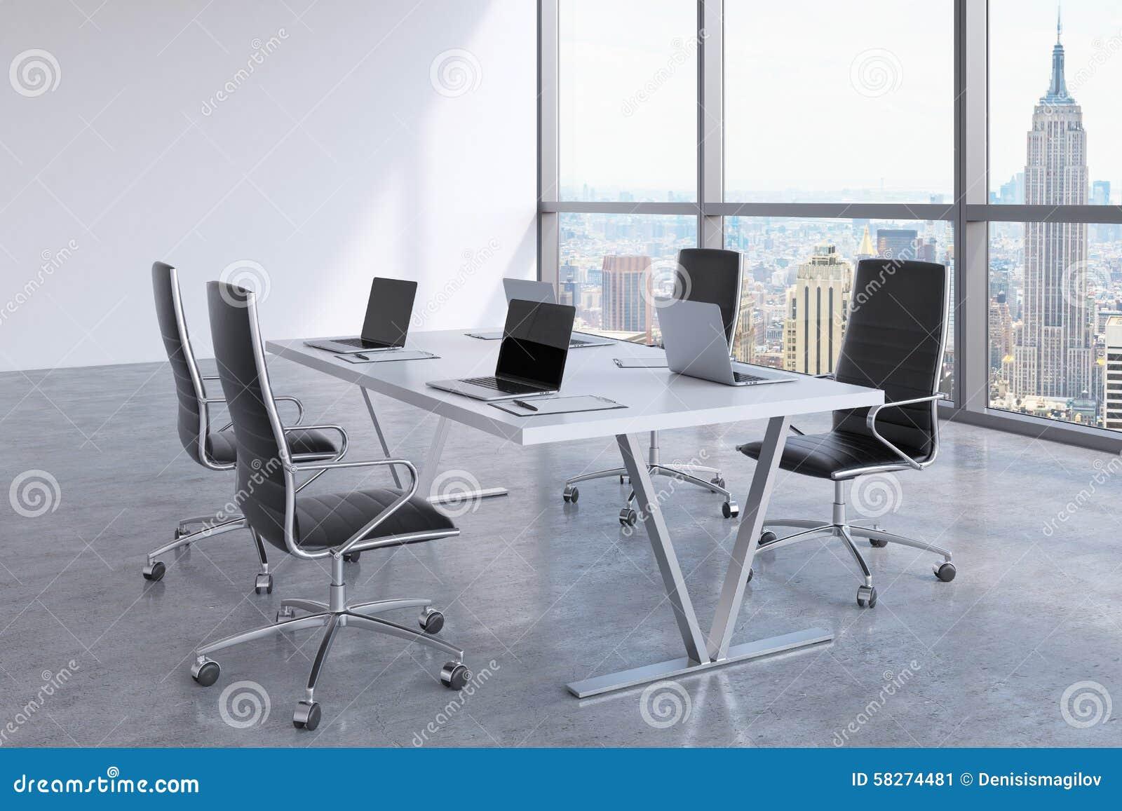 Sala riunioni moderna con le finestre enormi che esaminano new