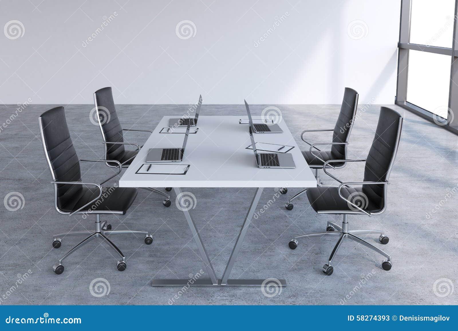 Sala riunioni moderna con le finestre enormi con lo spazio della