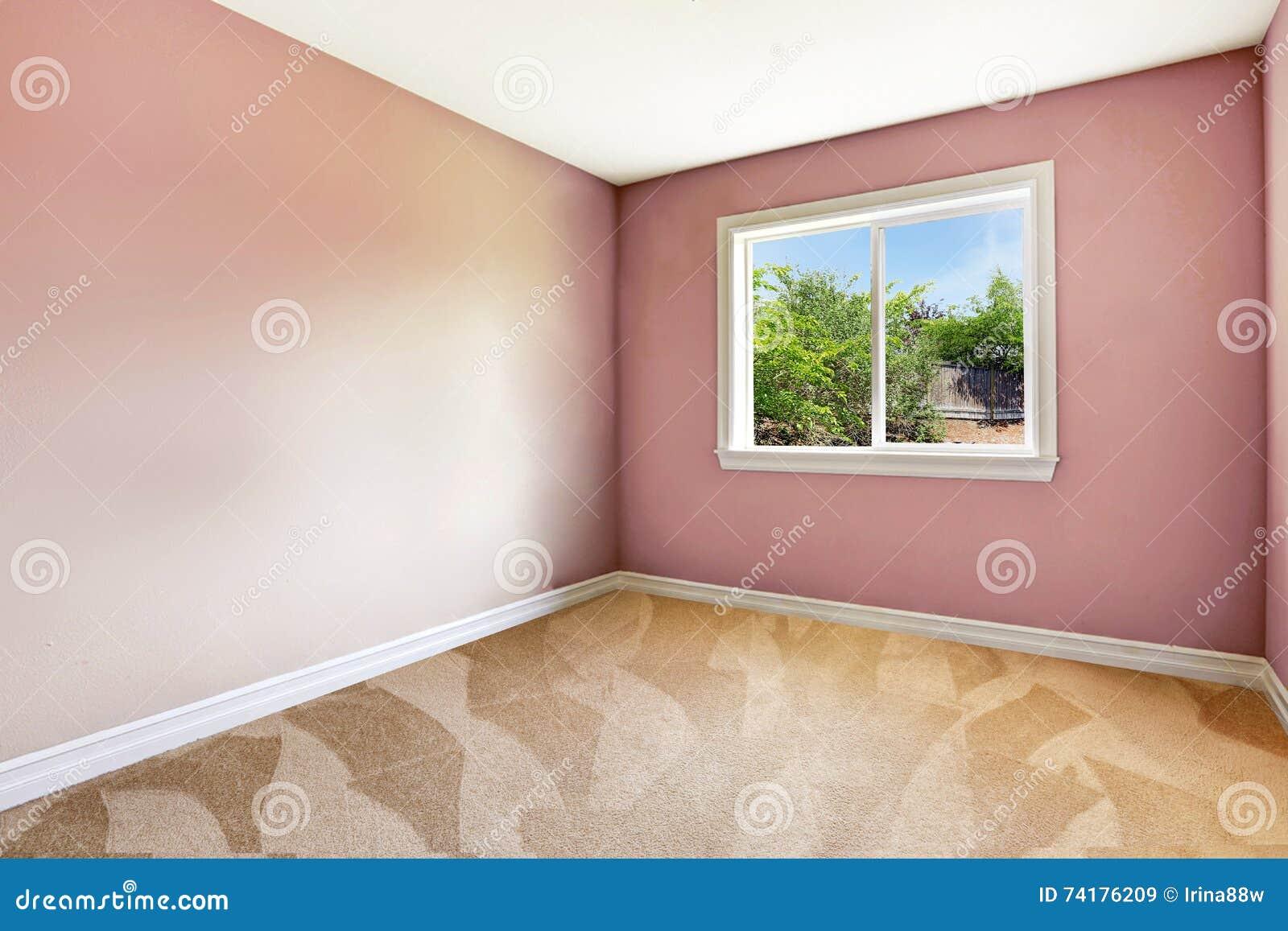 Sala Vazia Brilhante Com Uma Janela Assoalho De Tapete E As Paredes  -> Cor De Parede Para Sala Clara