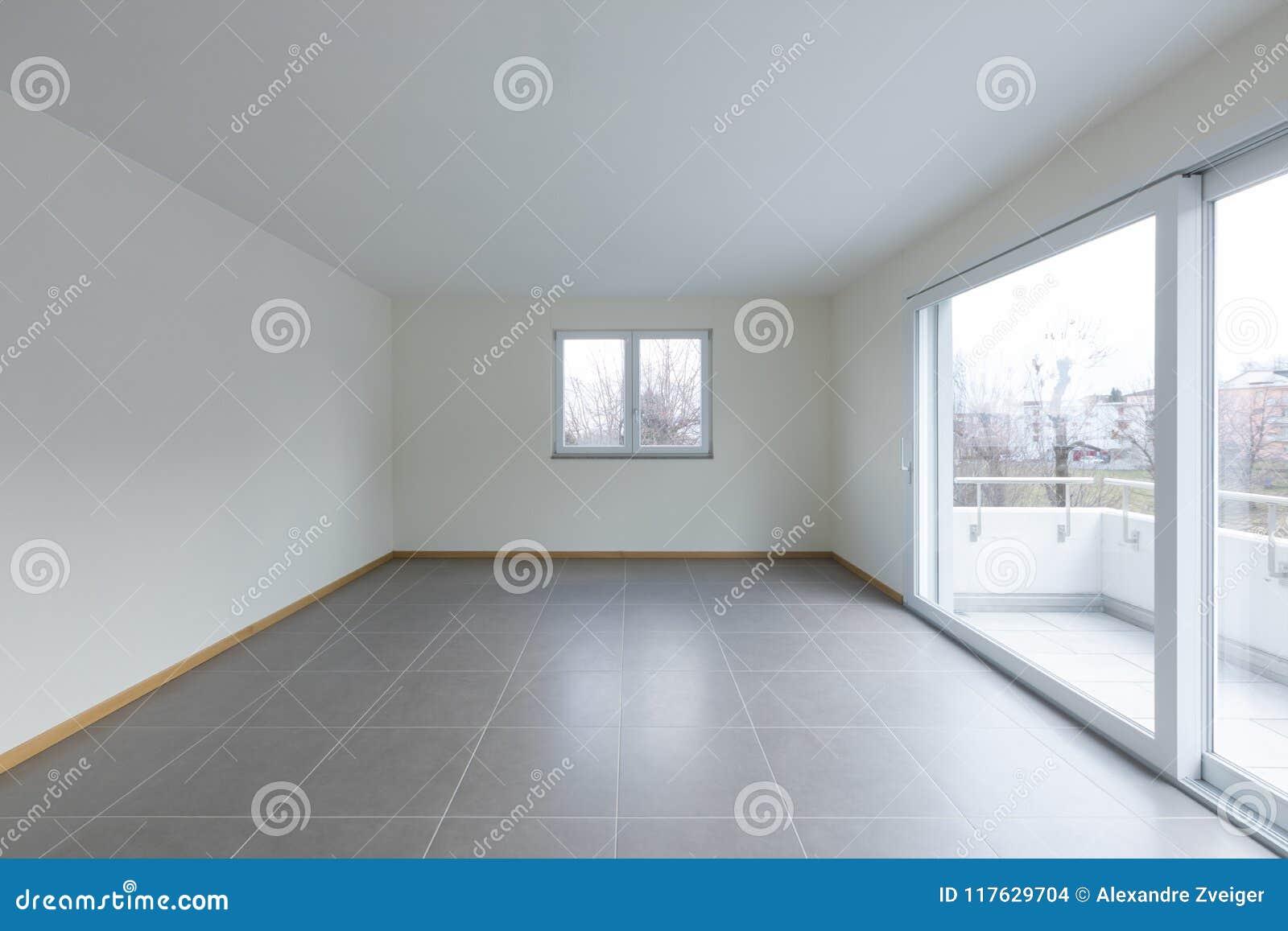 Sala vazia com a grande janela no balcão, espaço vazio