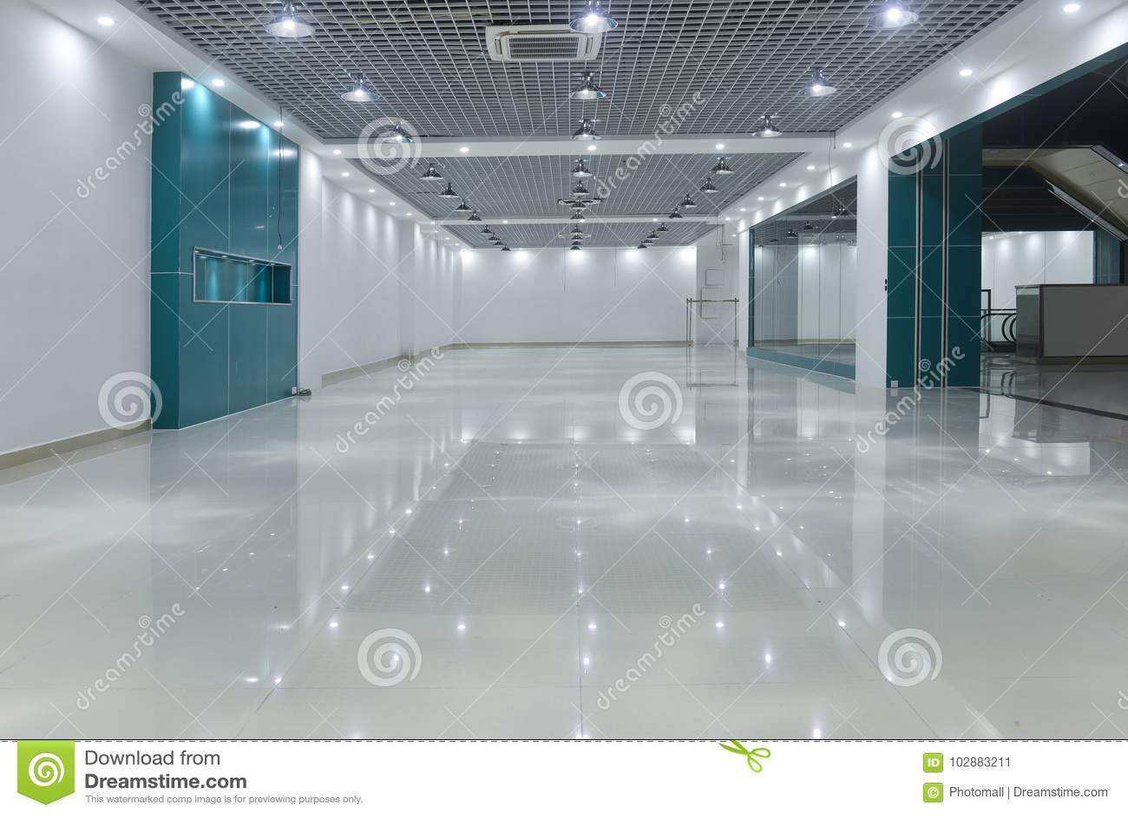 Sala vazia na construção comercial moderna