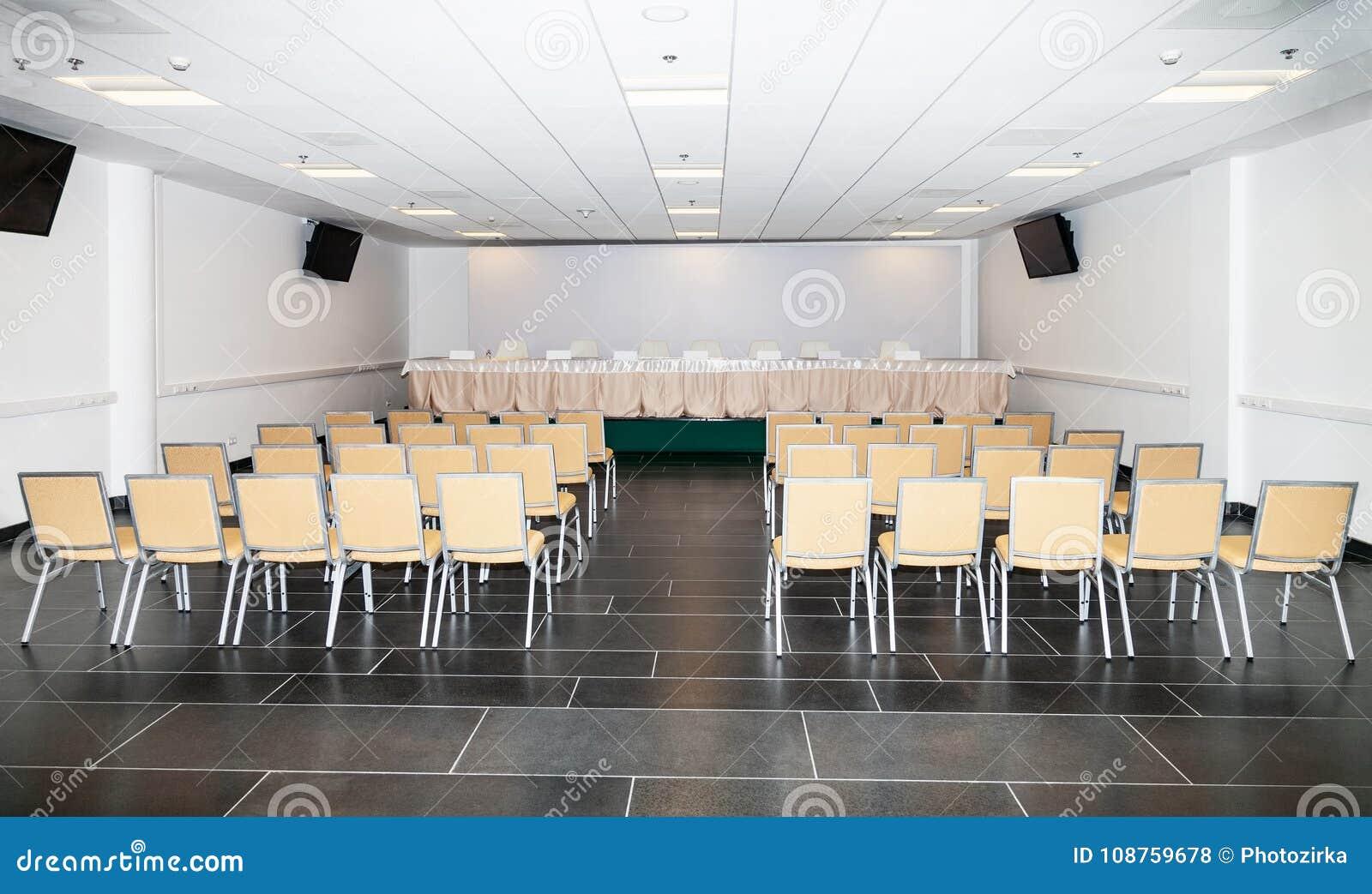 Sala vazia para a conferência de imprensa