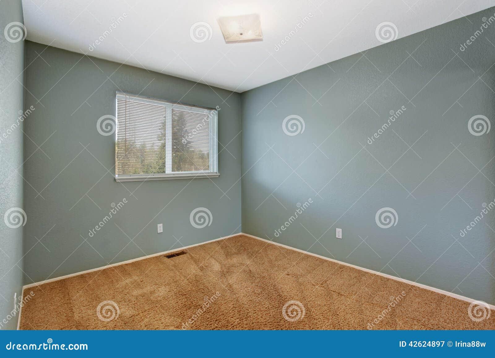 Sala Pequena Com Tapete Marrom ~  pequena na cor do aquq com uma janela e o assoalho de tapete marrom