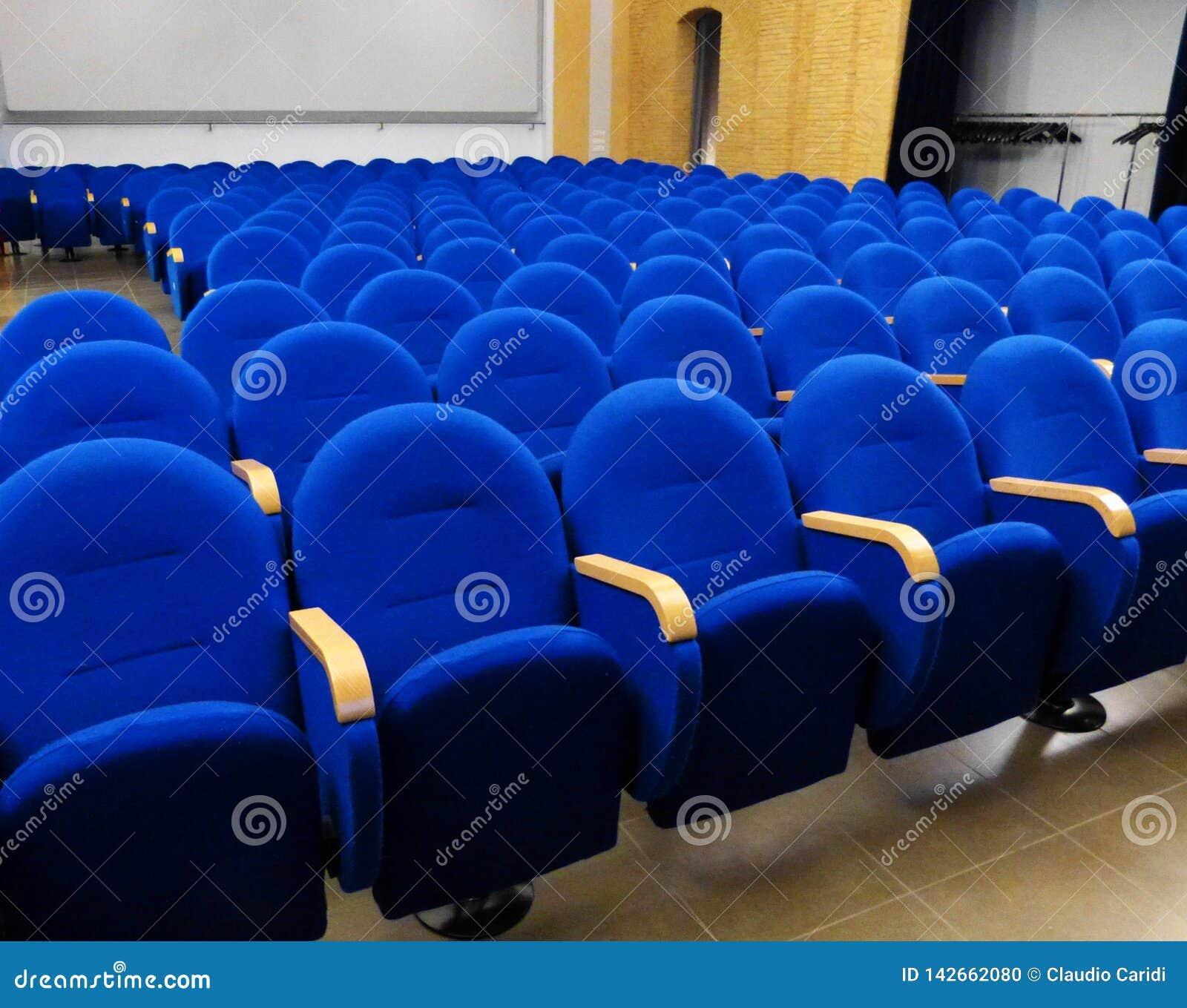 Sala vuota con i sedili blu prima della prestazione