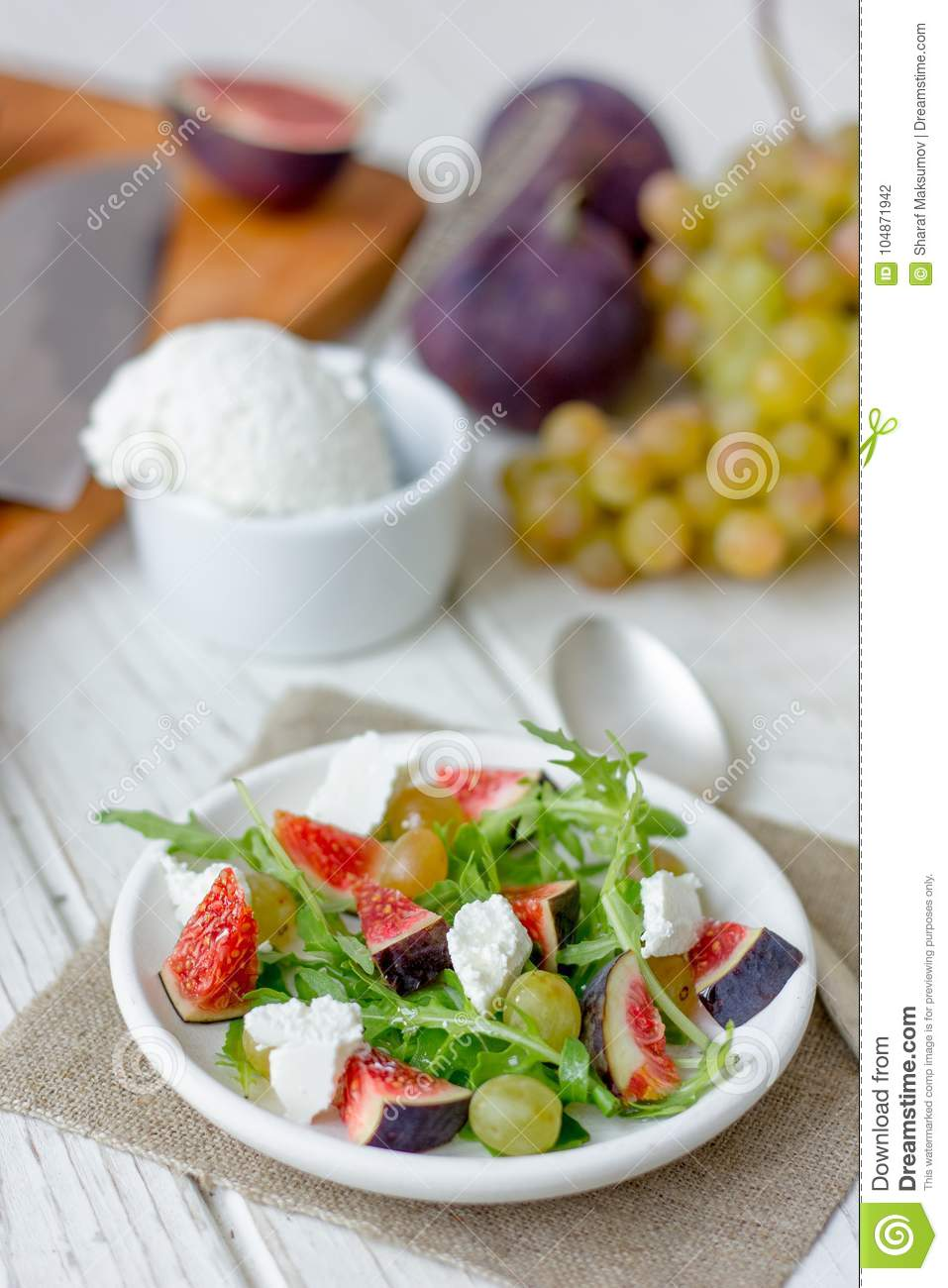 Salad with goat chees, arugula and figs.