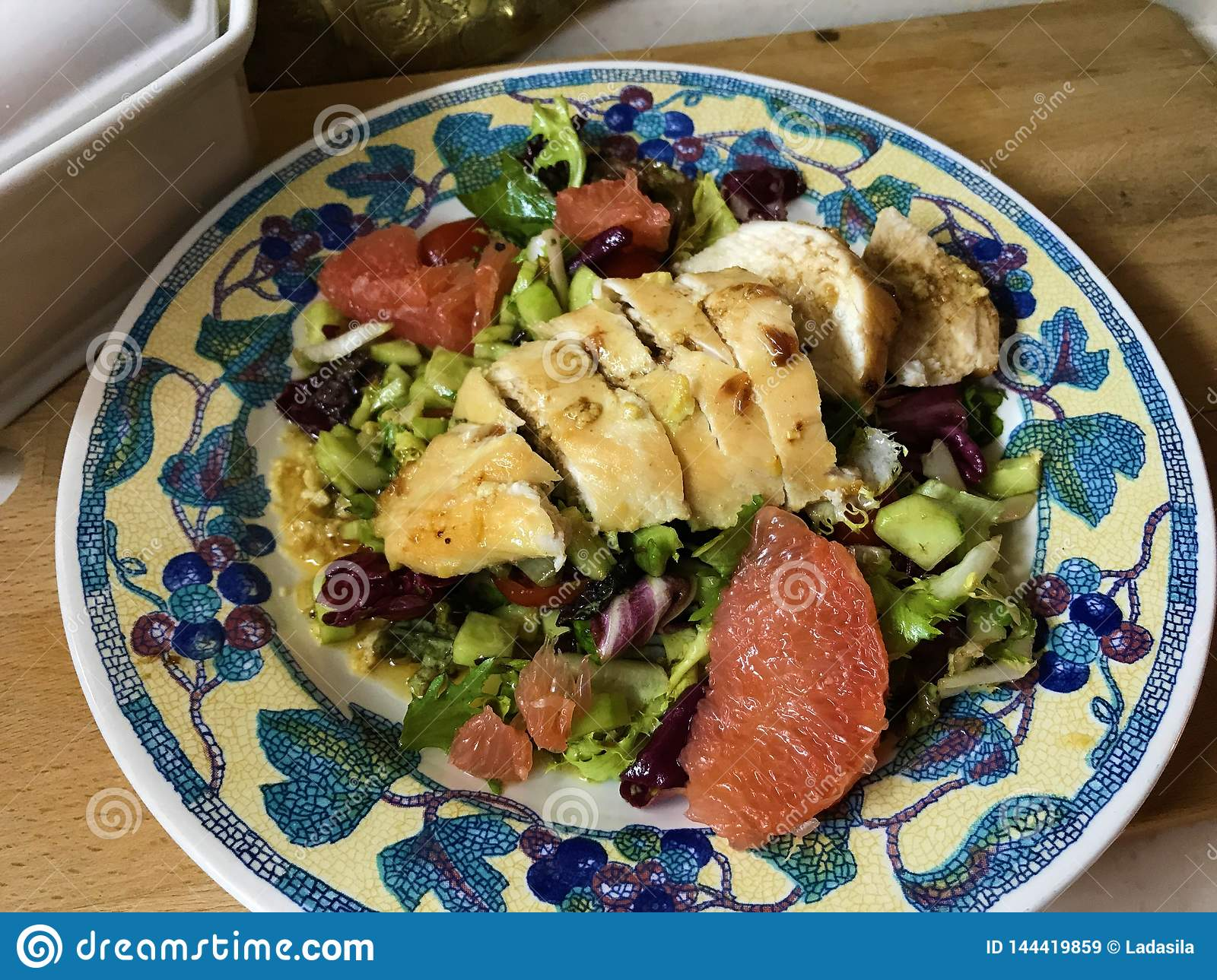 Salad with grapefruit and chicken in mustard marinade.