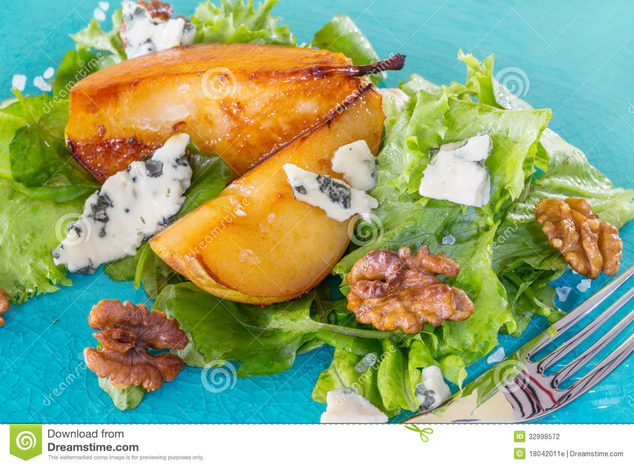 Salad with pears, walnuts and blue cheese