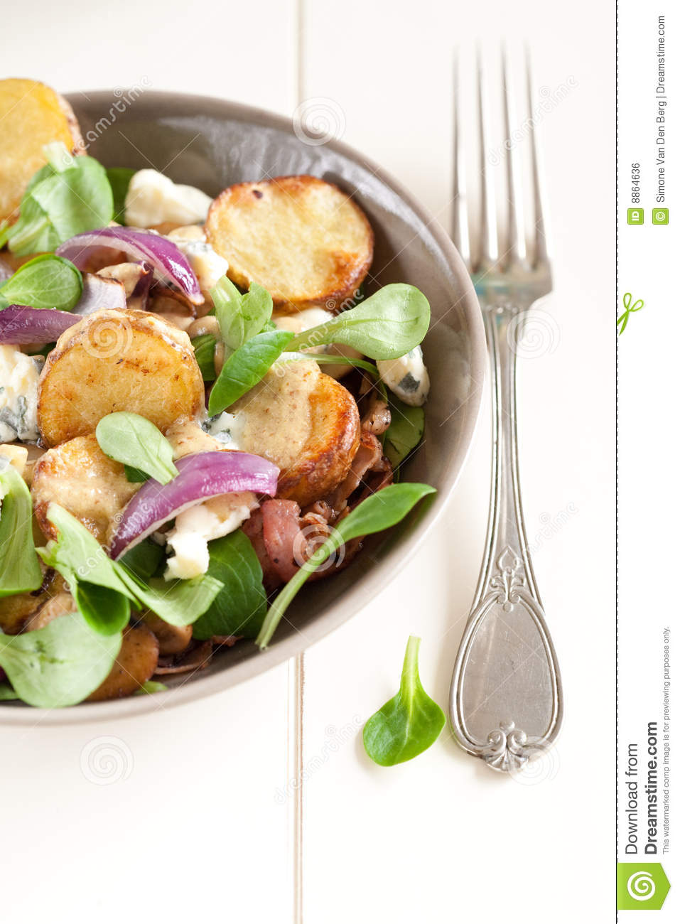 Salad with roasted potatoes and blue cheese