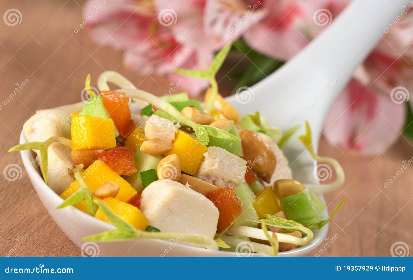 Salada asiática fresca com galinha e amendoins