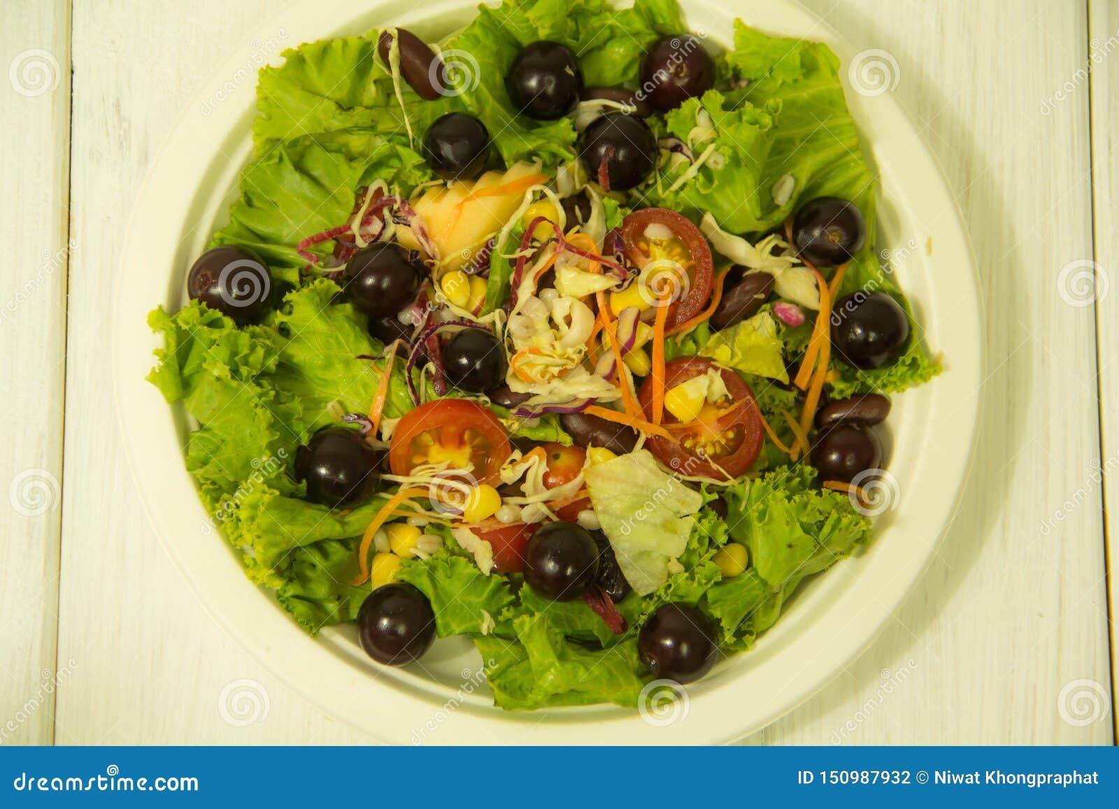 Salada com as uvas na placa