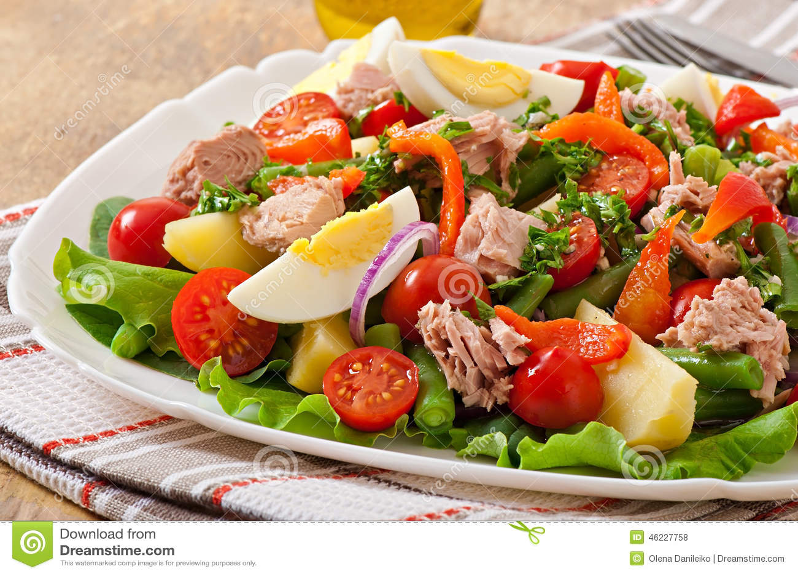 salada com atum tomates batata e cebola foto de stock. Black Bedroom Furniture Sets. Home Design Ideas