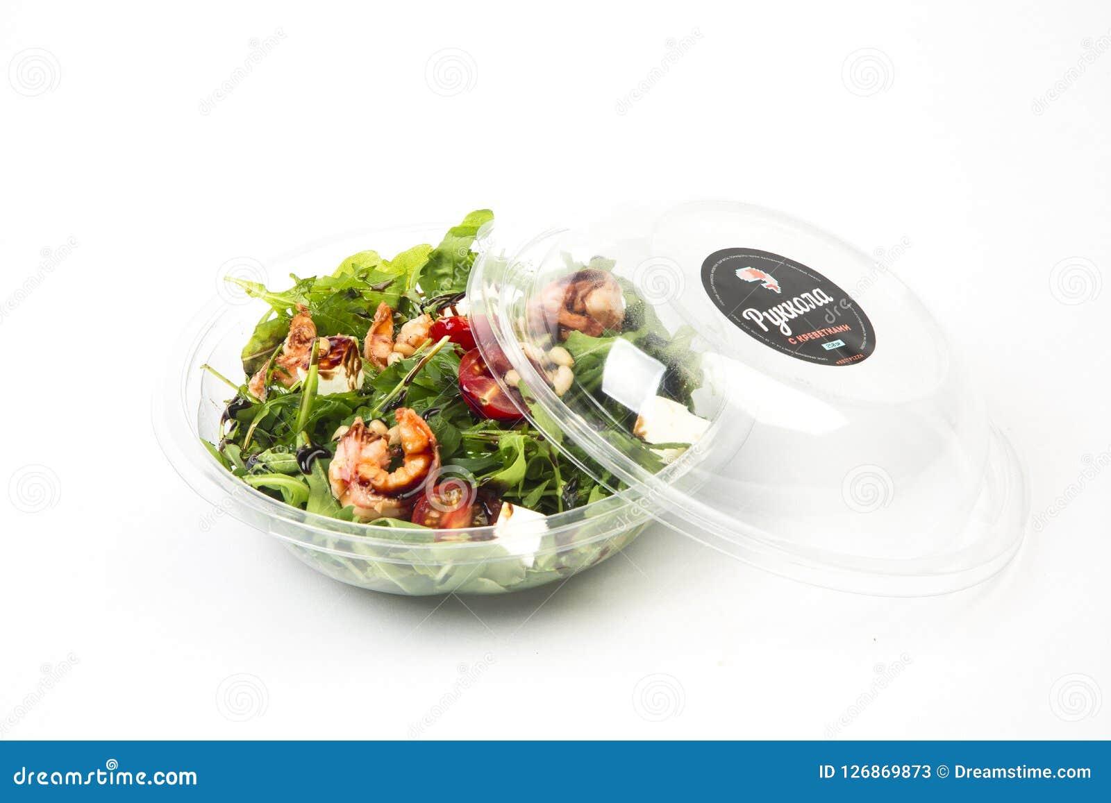 Salada com camarões, tomates e rúcula