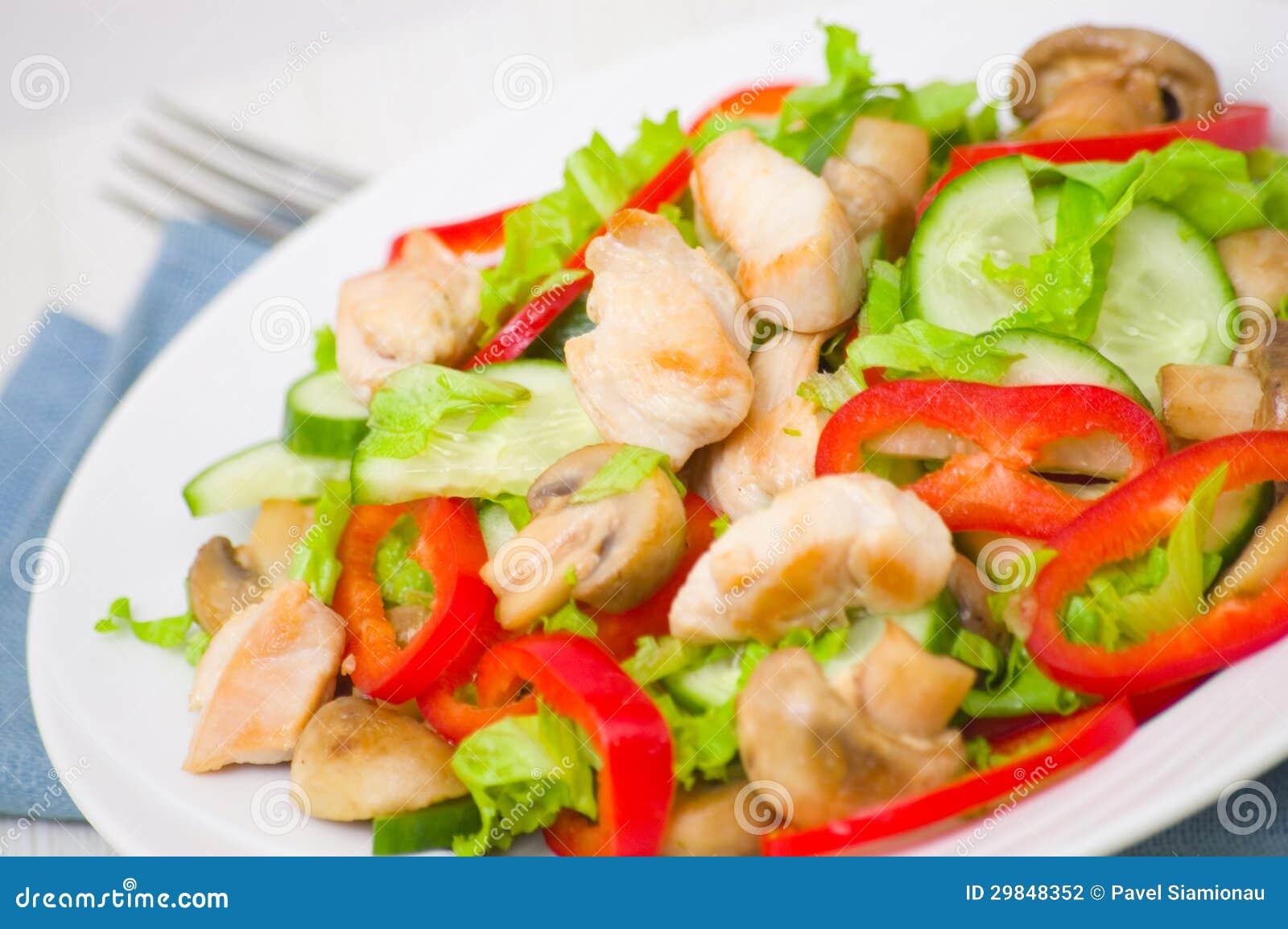 Salada com galinha, cogumelos e vegetais