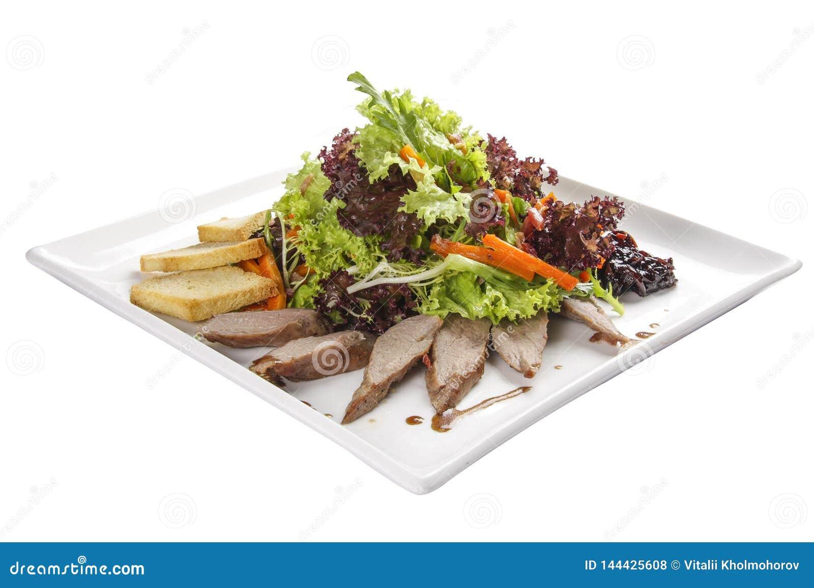 Salada com peito de pato em uma placa branca