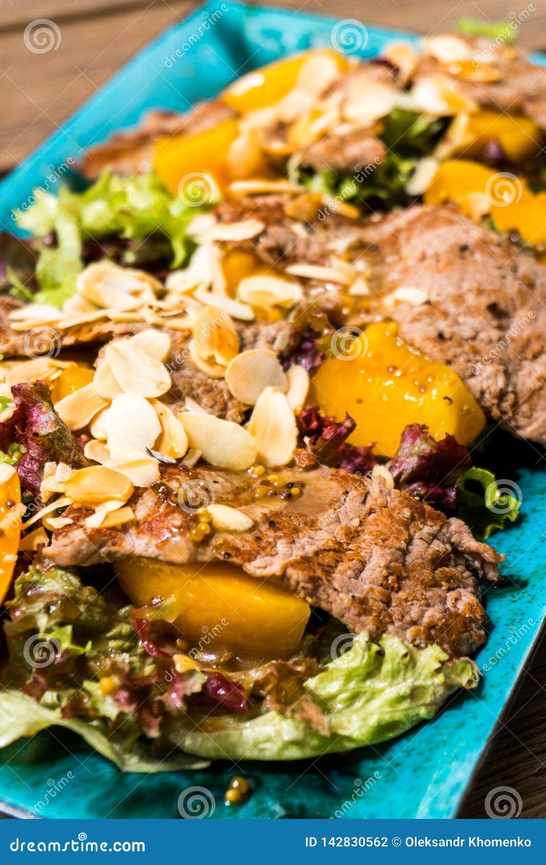 Salada com presunto e porcas da manga