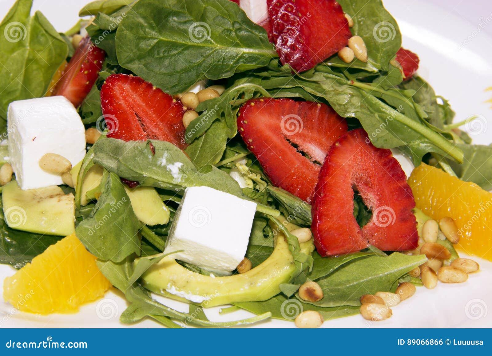 Salada com rúcula, morangos e queijo textura da salada do fundo