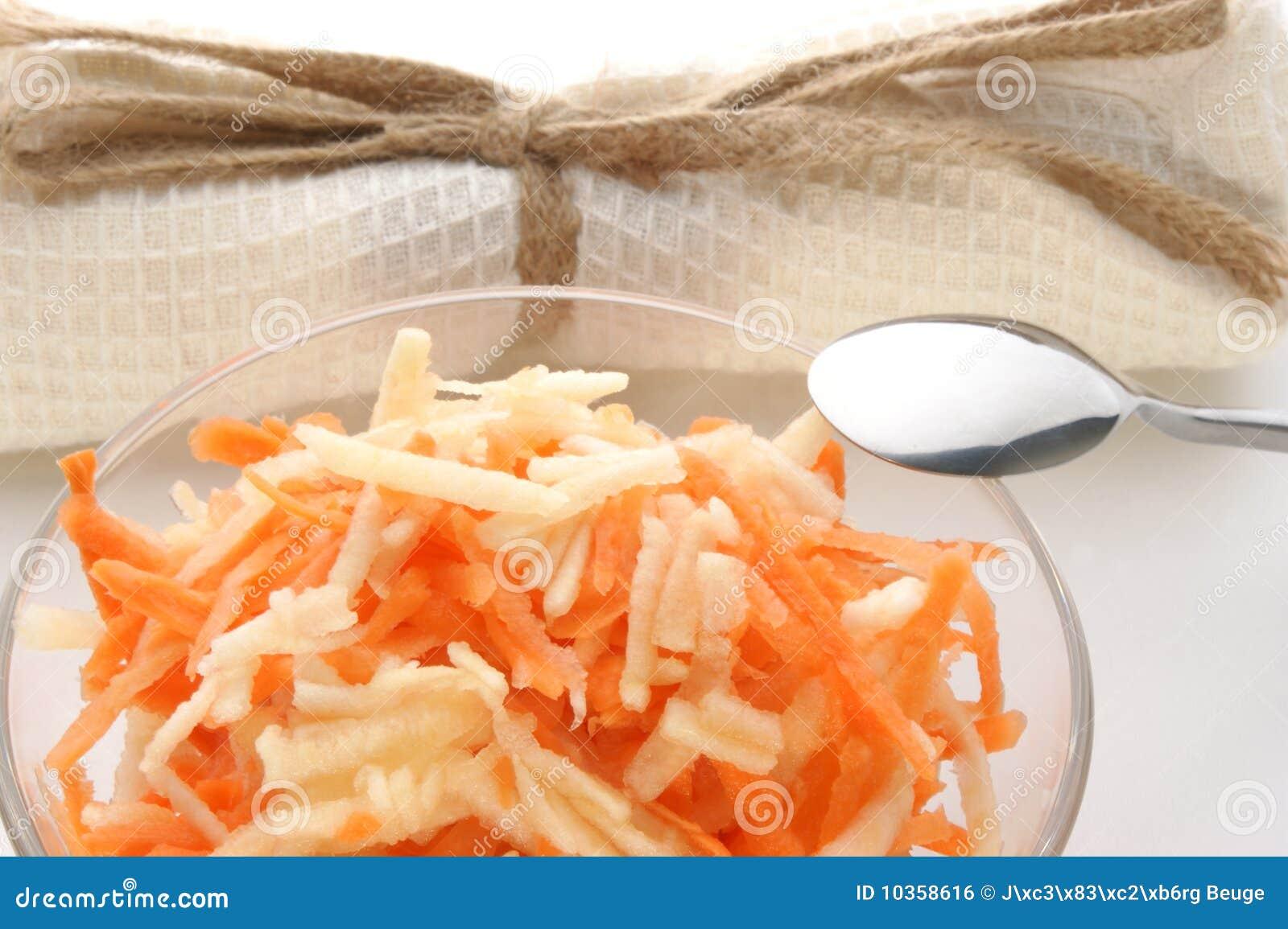 Salada da cenoura e da maçã em uma bacia