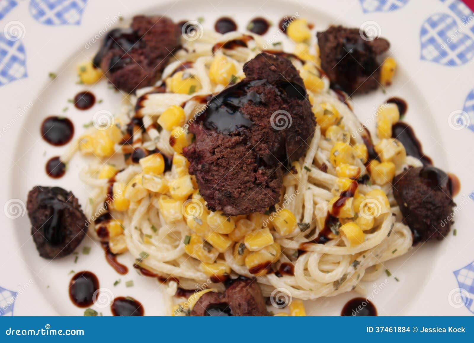 Salada da massa e do milho com fígado