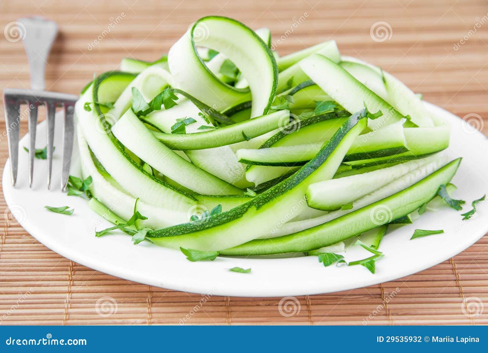 Salada das fitas e da salsa do abobrinha