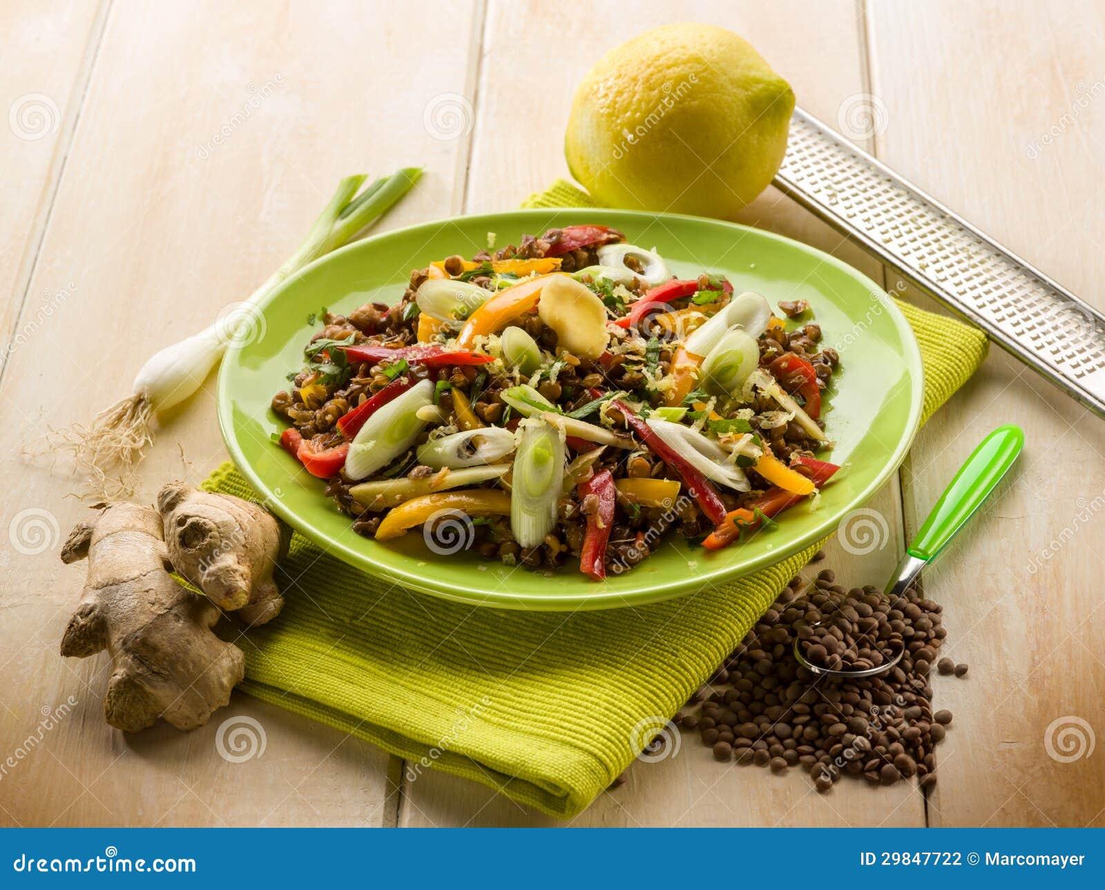 Salada das lentilhas com cebolas do capsicum