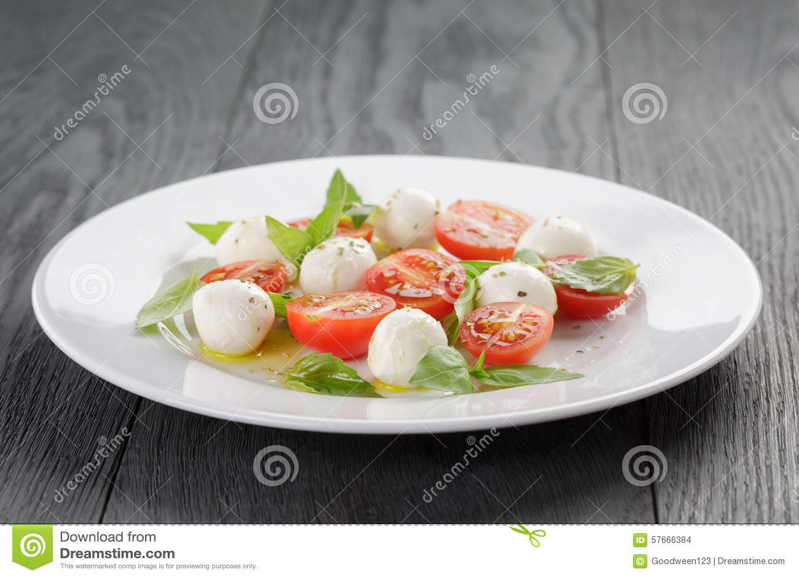 Salada de Caprese com as mini bolas da mussarela e