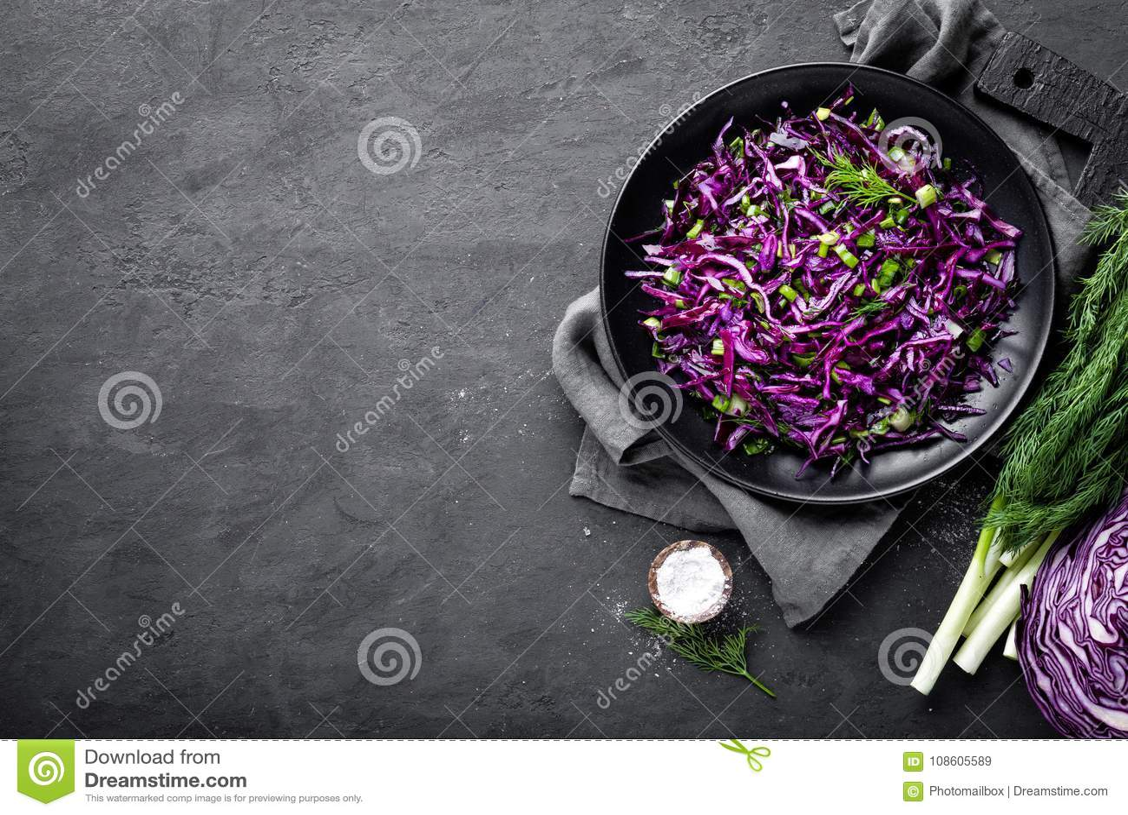 Salada de couve vermelha com a cebola verde e aneto frescos Prato de vegetariano