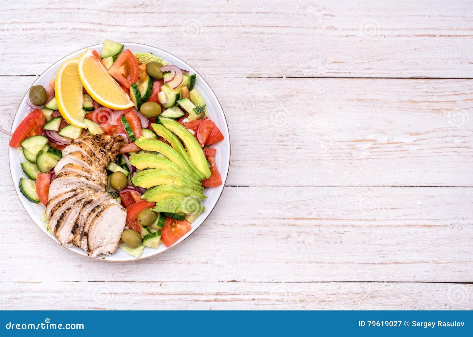 Salada de frango mediterrânea com abacate