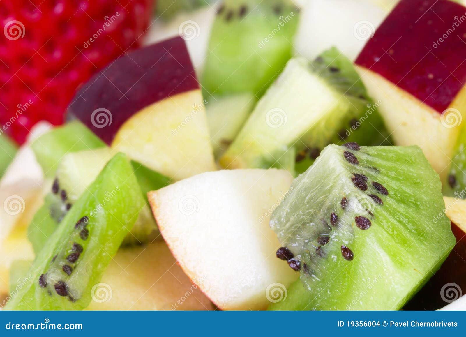 Salada de fruta na placa branca