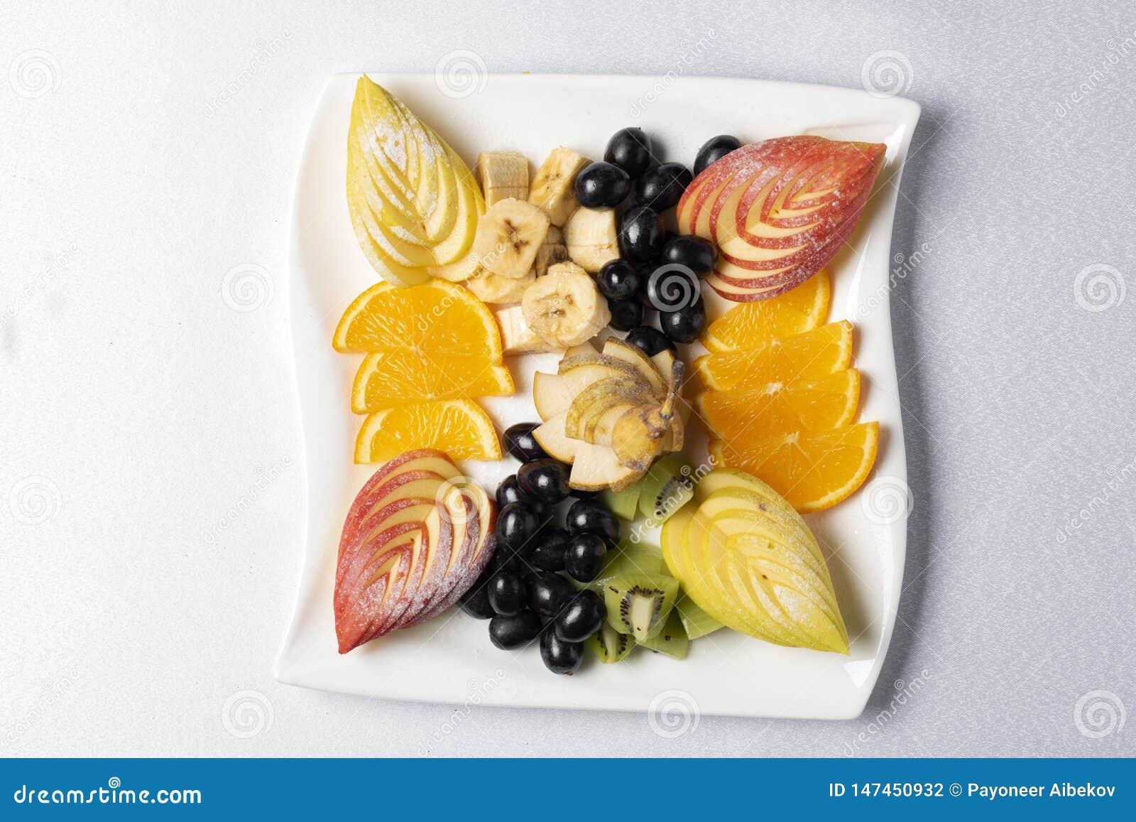 Salada de frutos ex?tica equilibrada na placa, nutri??o apropriada