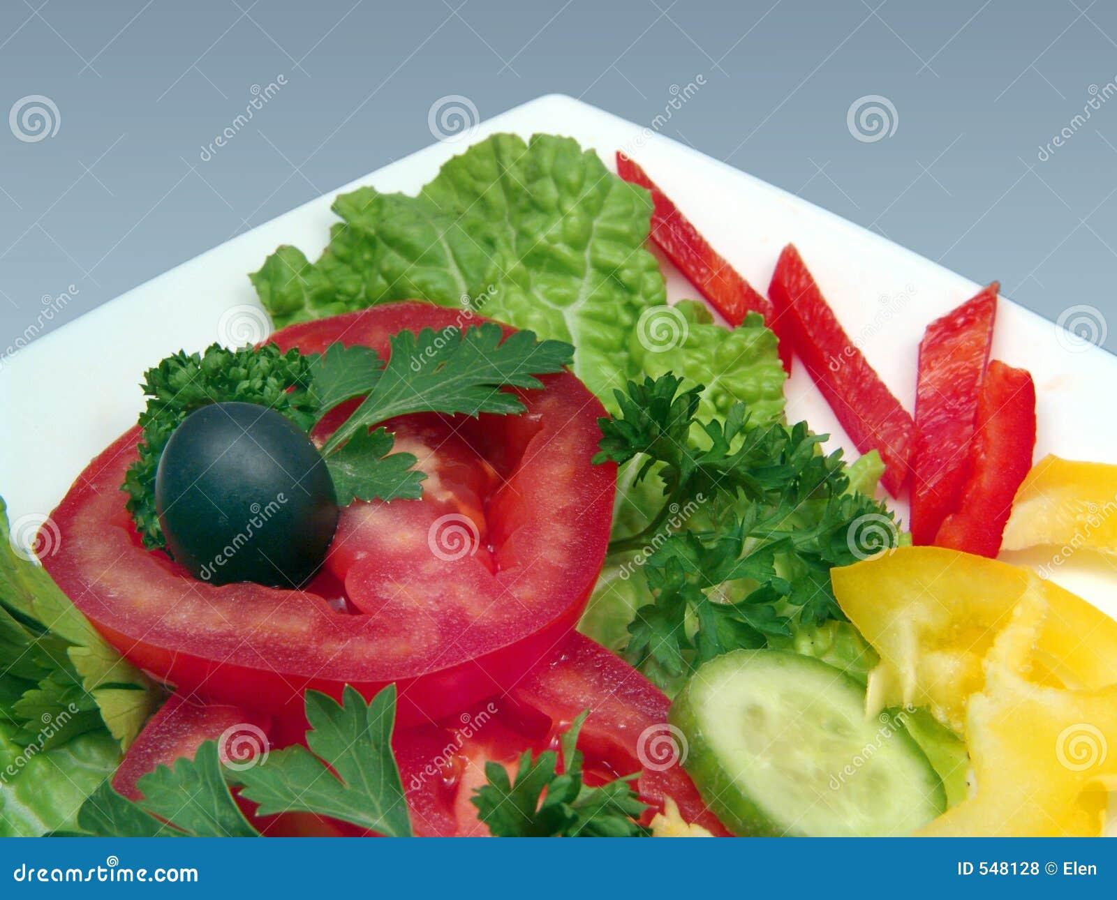 Salada Dietic com azeitona na placa branca