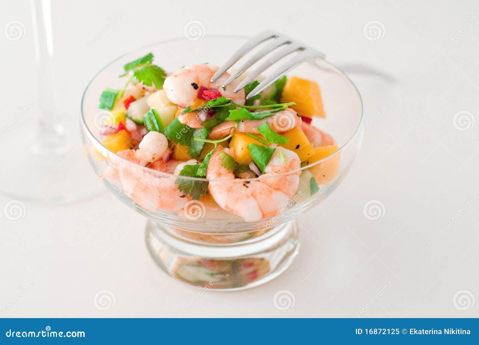 Salada do camarão, do pepino e da manga