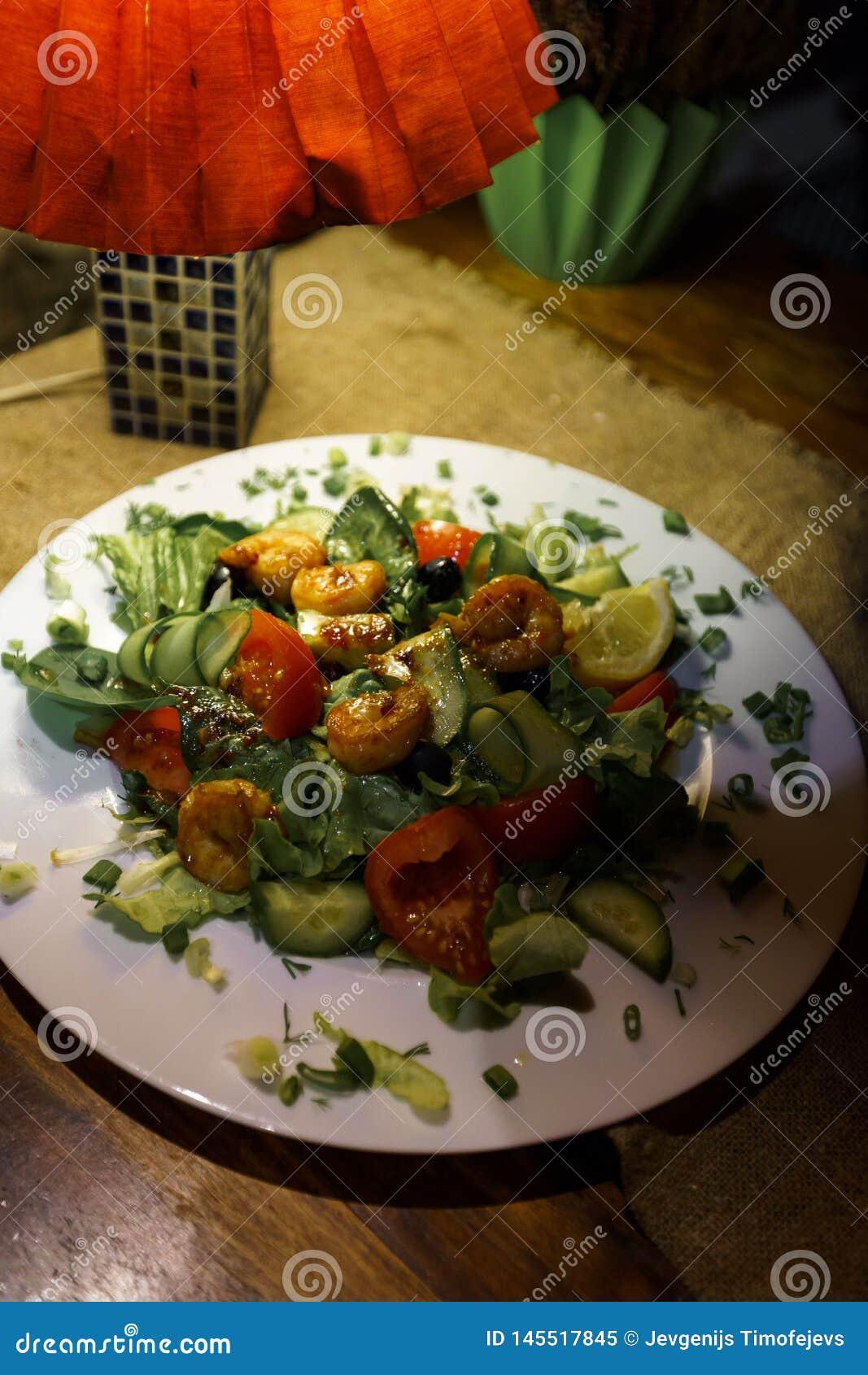 Salada do camarão em um restaurante acolhedor nos Estados Bálticos latvia