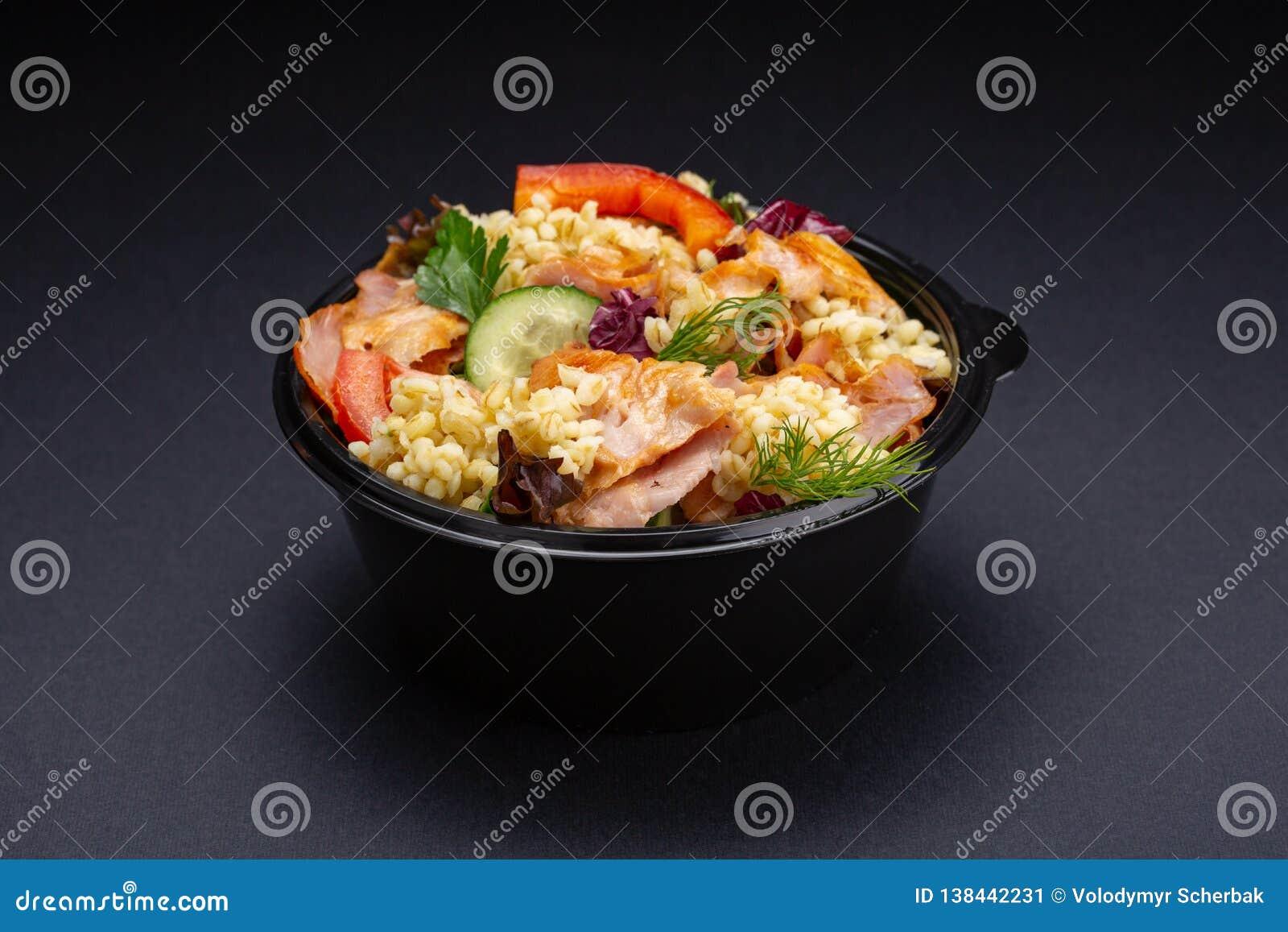 Salada do legume fresco com peito de frango grelhado - os tomates, os pepinos, o rabanete e a alface da mistura saem Salada da ca
